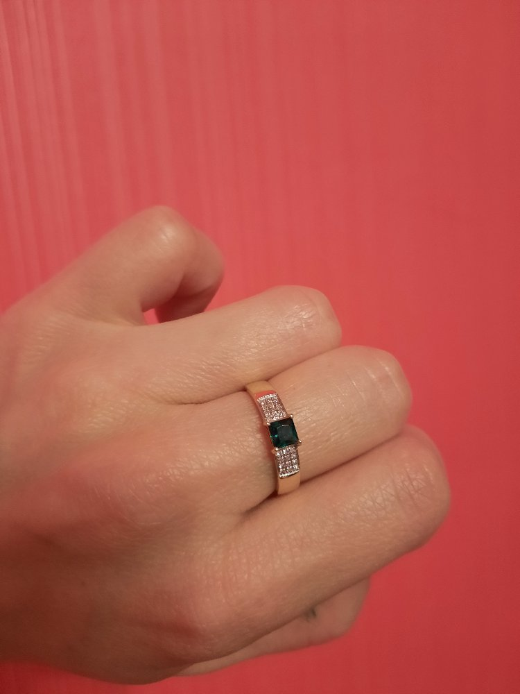 Очень красивое кольцо с извмрудом.