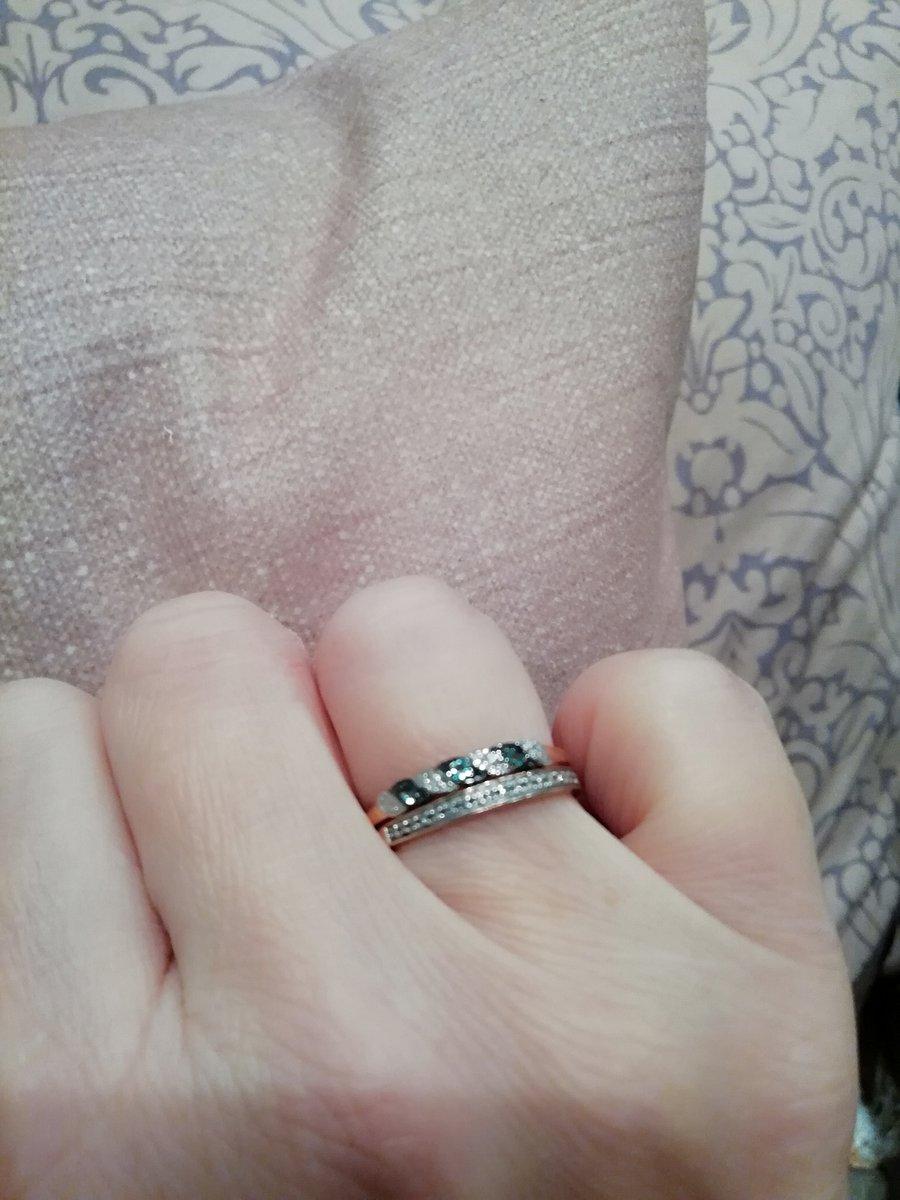 Утонченное кольцо с изумрудами и бриллиантами.