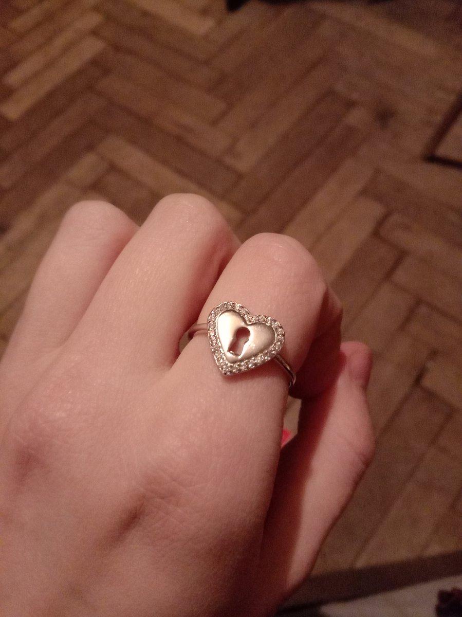 Серебряное колечко в форме сердечка с замочком.