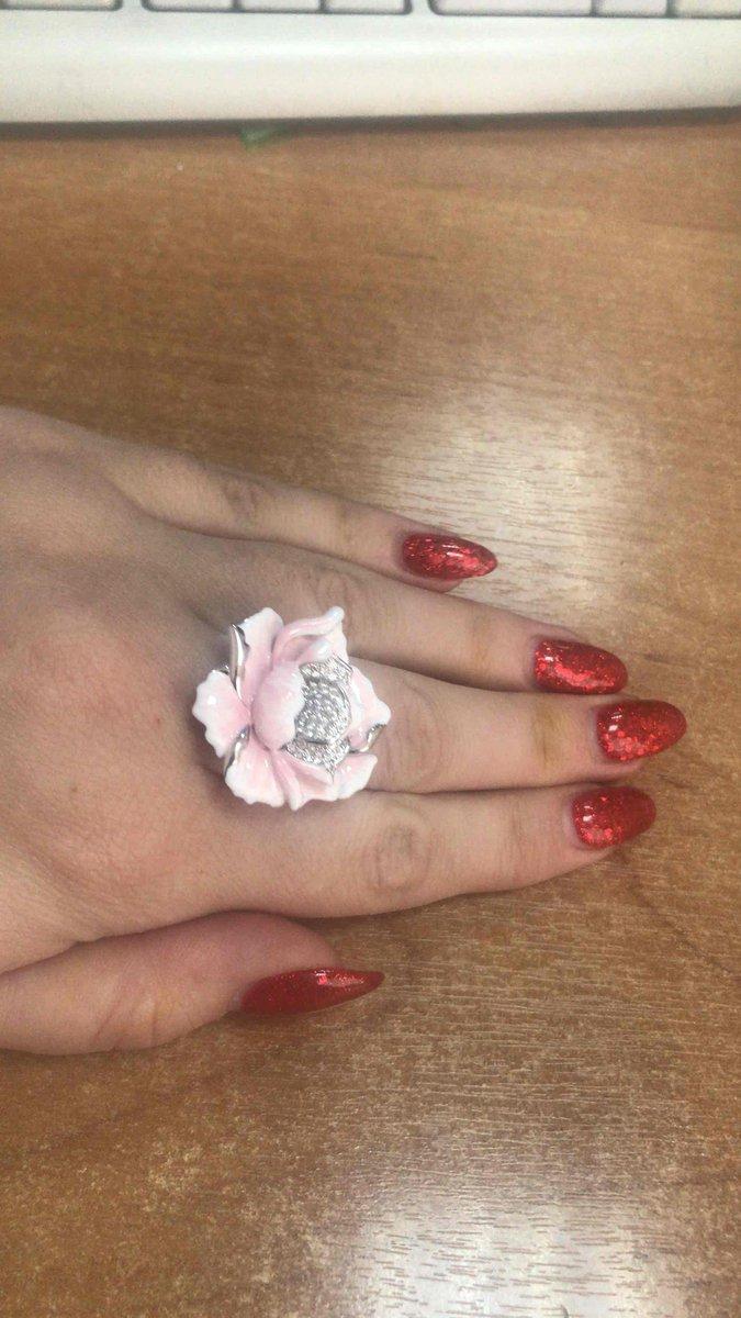 Цветок на пальце