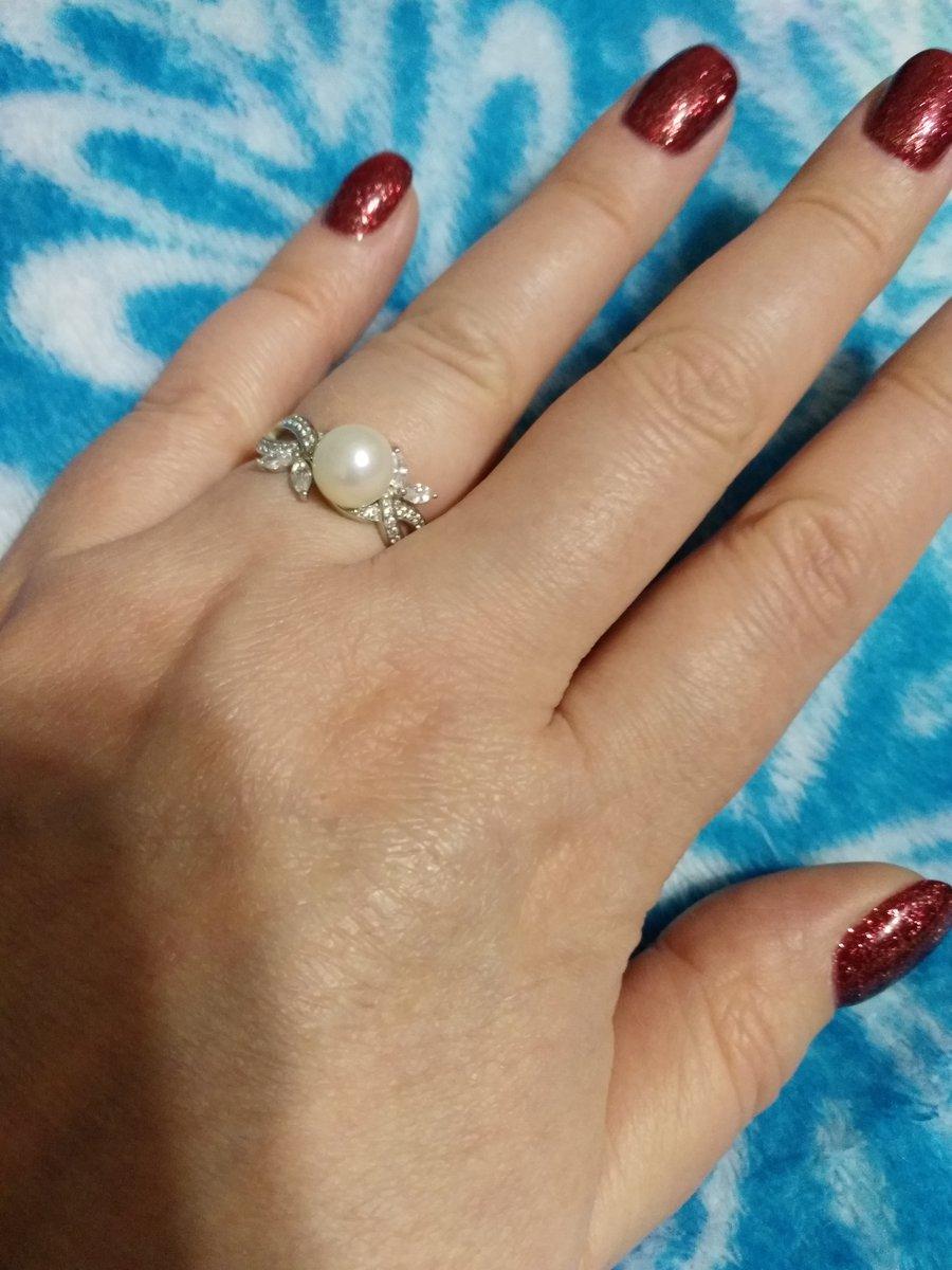Серебряное кольцо с фианитами и жемчугом.