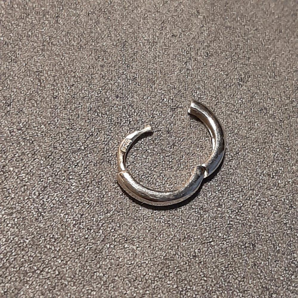 Маленькая моносерьга кольцо.