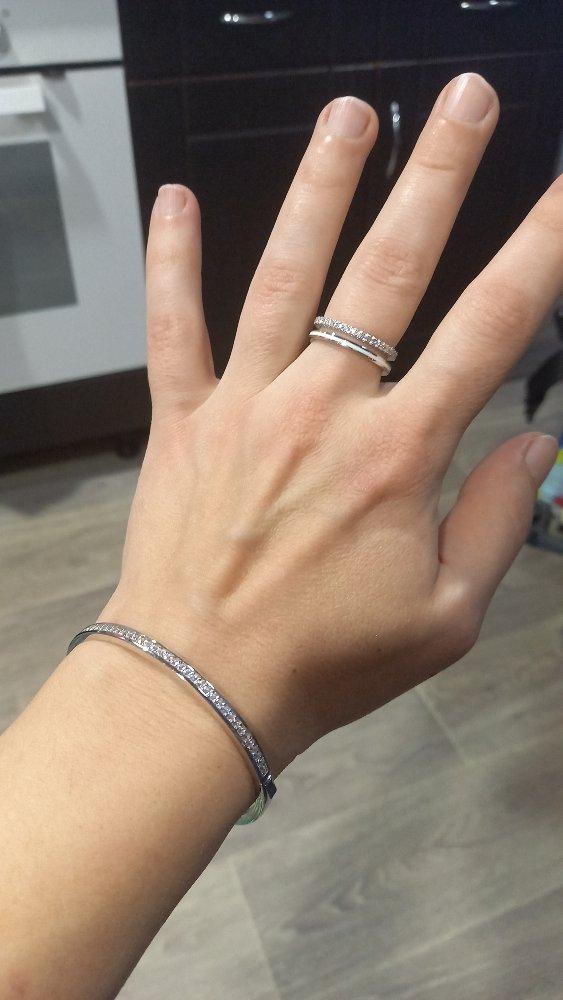 Ооочень красиво!!! взяла вместе с кольцом, тоже с белой эмалью.