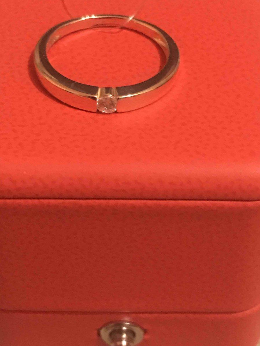 Прекрасное кольцо с маленьким сверкающим фианитиком