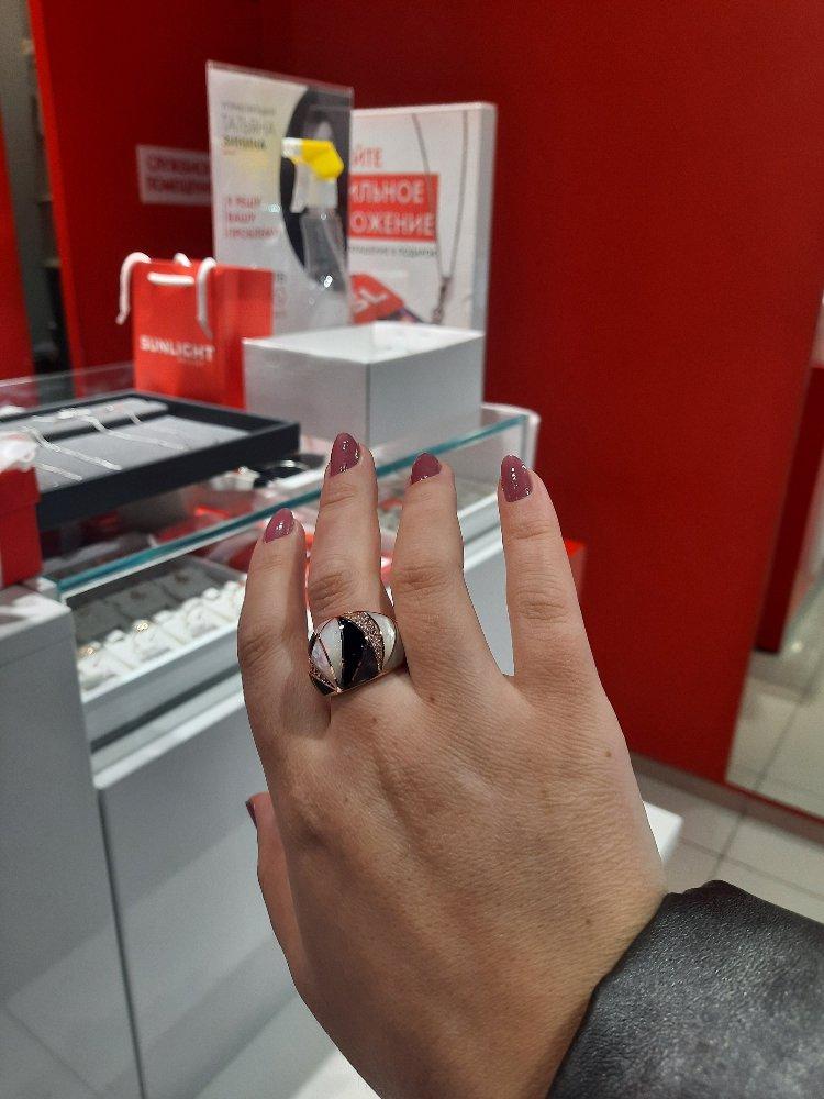 Очаровательное кольцо с фианитами и перламутром