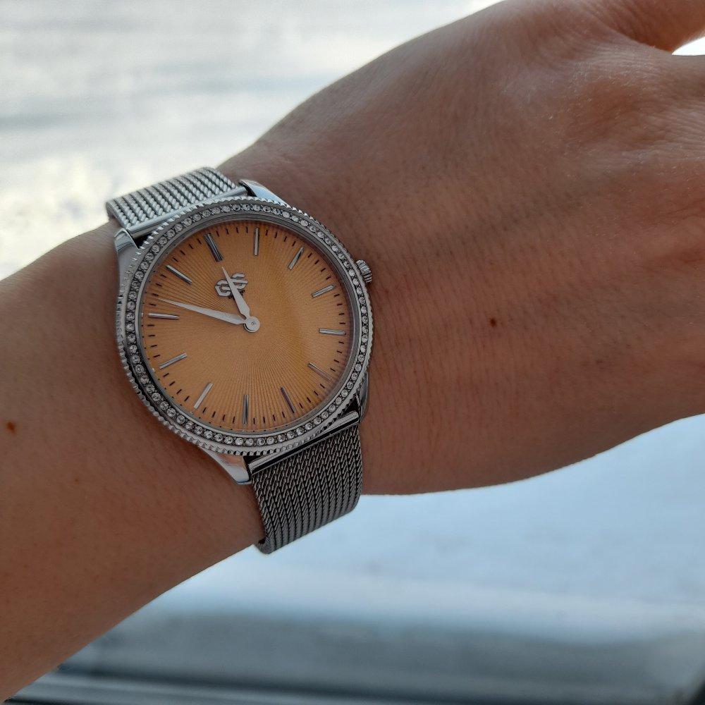 Часы просто класс,ношу и радуюсь,оригинальный дизайн,ремешок регулируется..