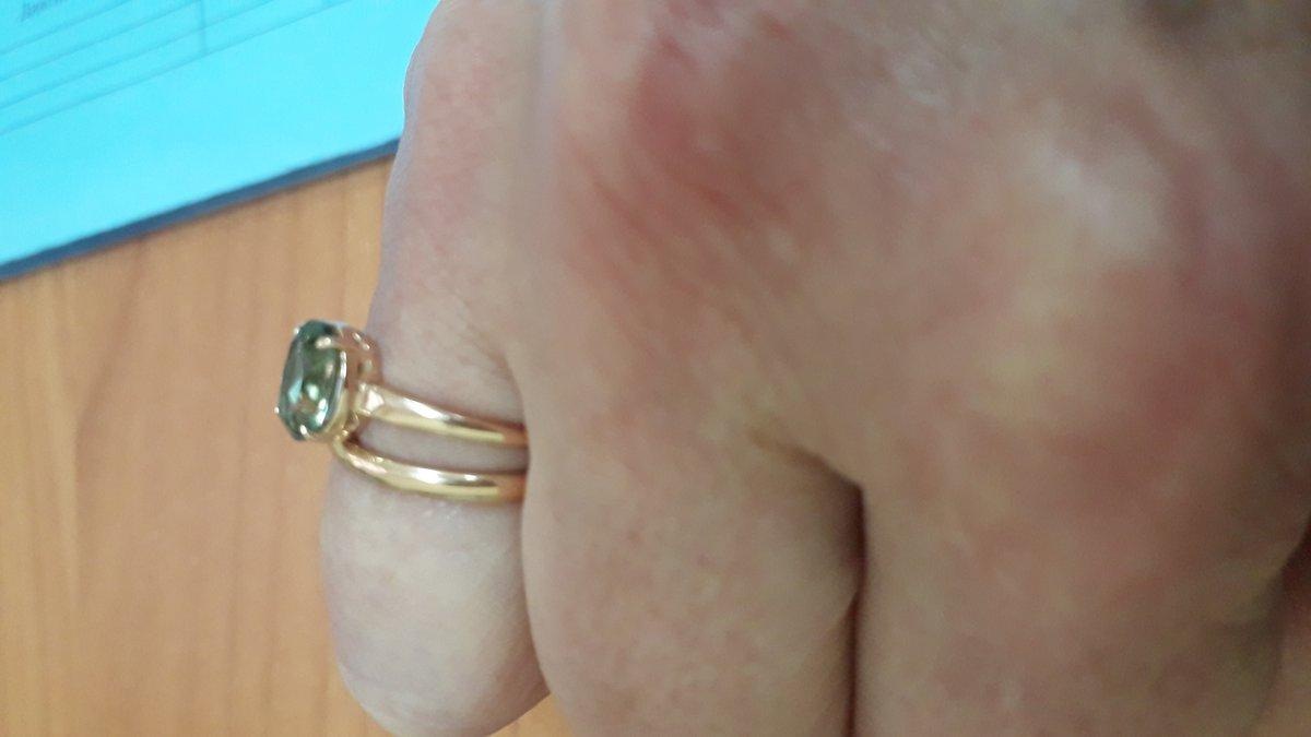 Золотые серьги и кольцо с зеленым аметистом