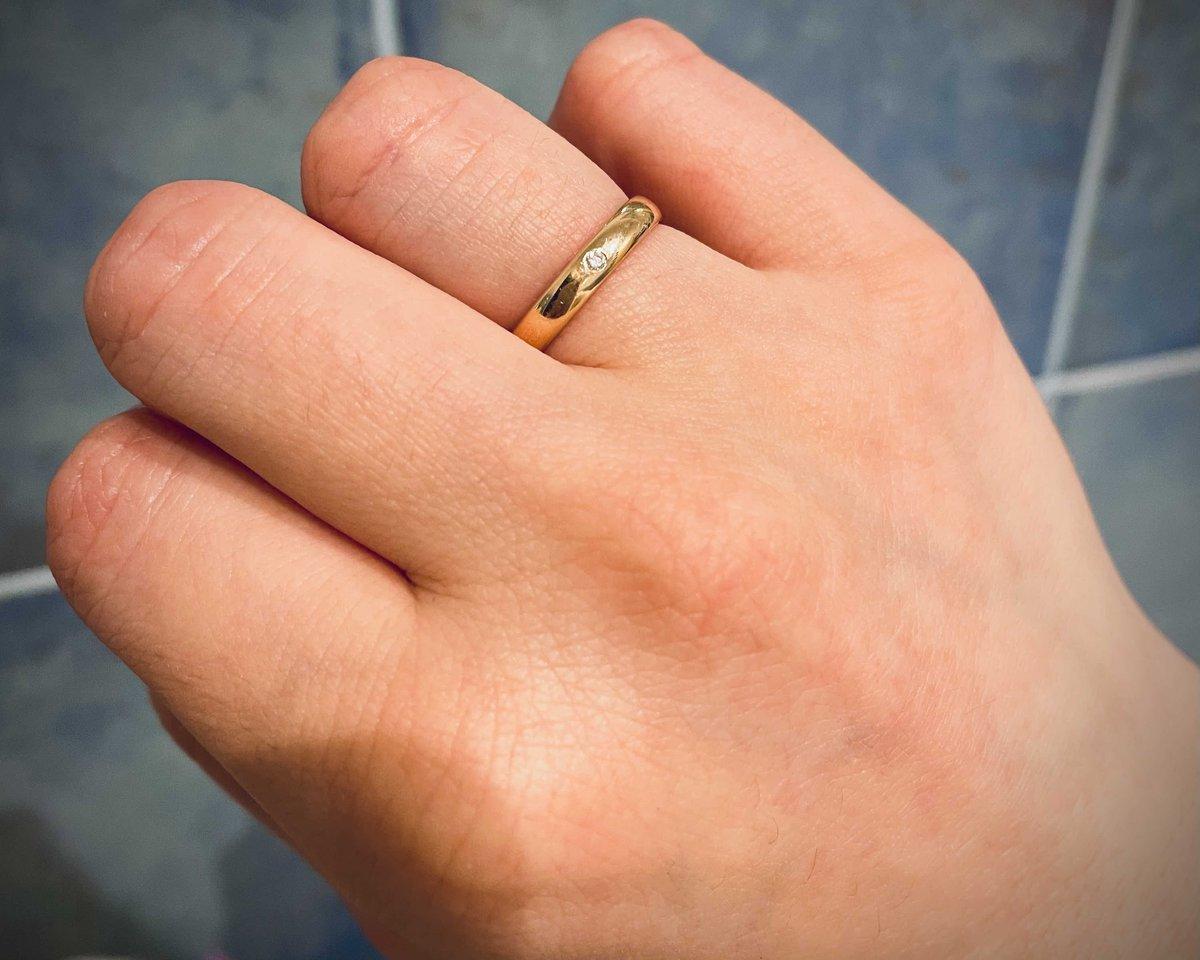 Приятное обручальное кольцо, с изюминкой