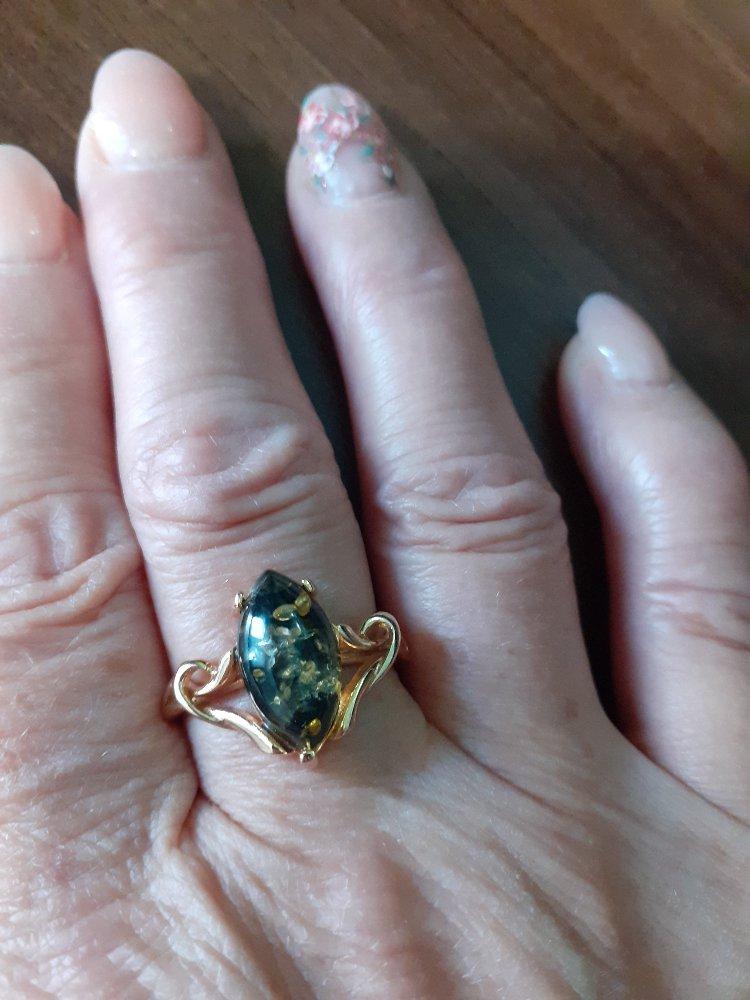 Кольцо с зелёныи янтарём.