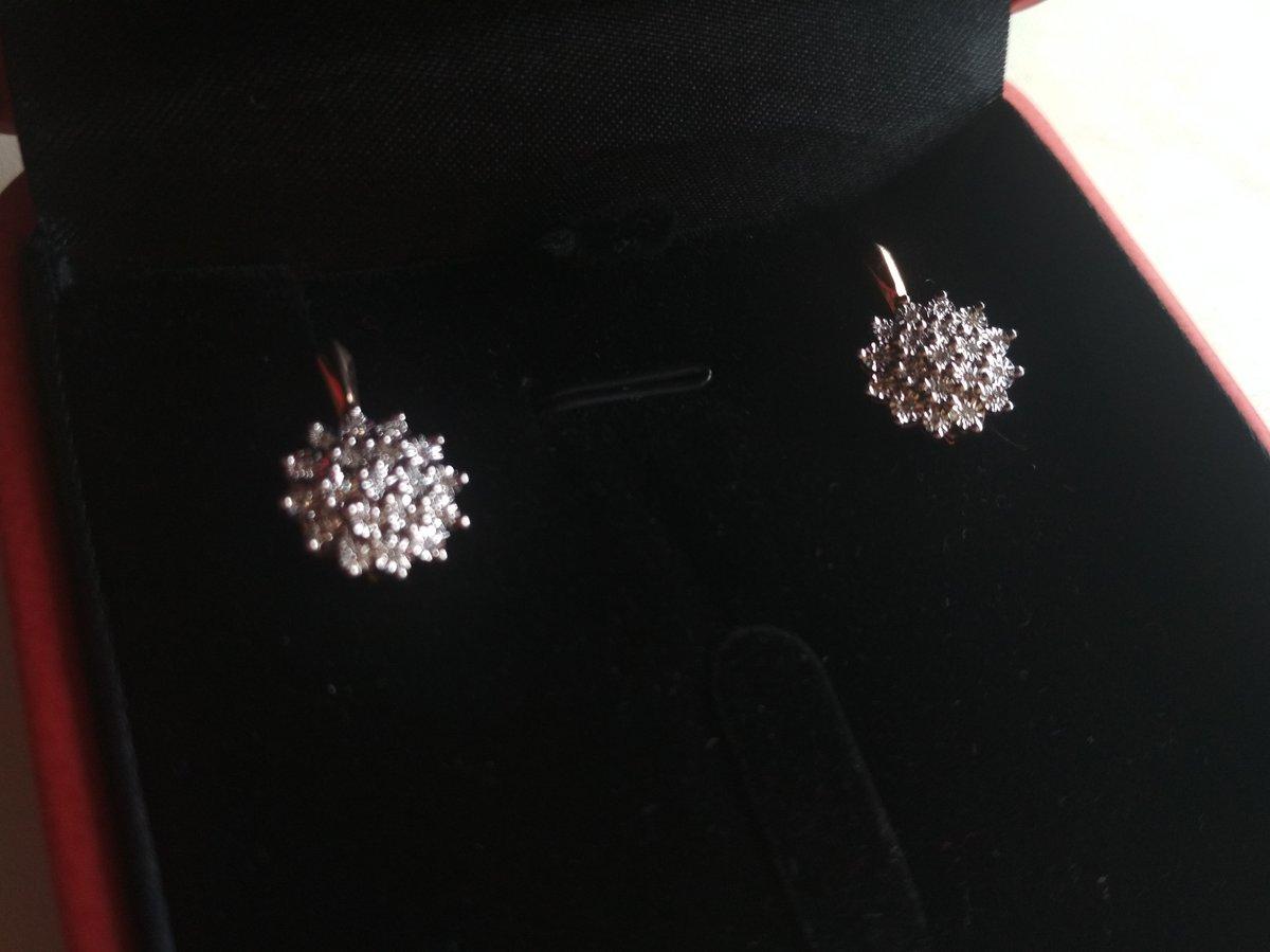 Золотые серьги с бриллиантами.