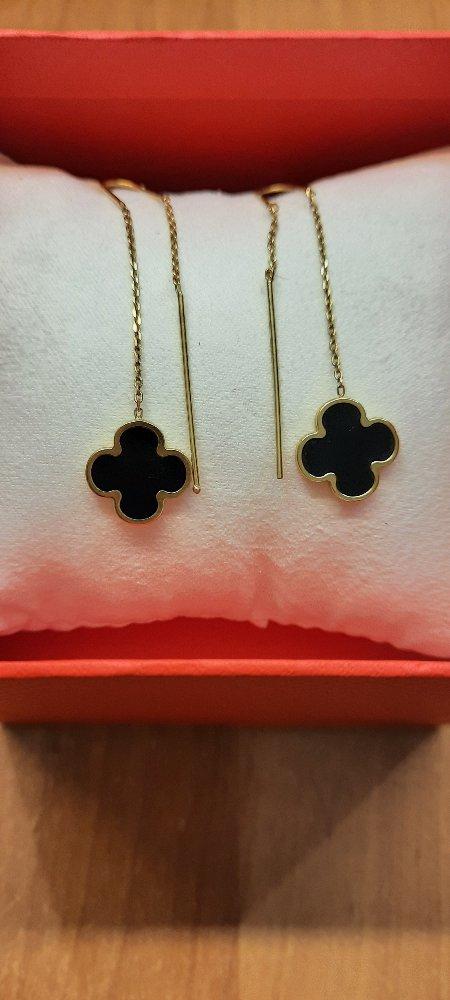 Золотые серьги с ониксом.