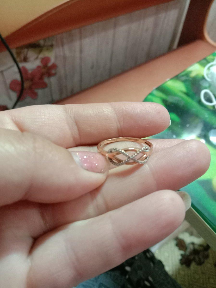 Очень хорошее милое колечко.бриллианты играют на свету, хоть и маленькие.
