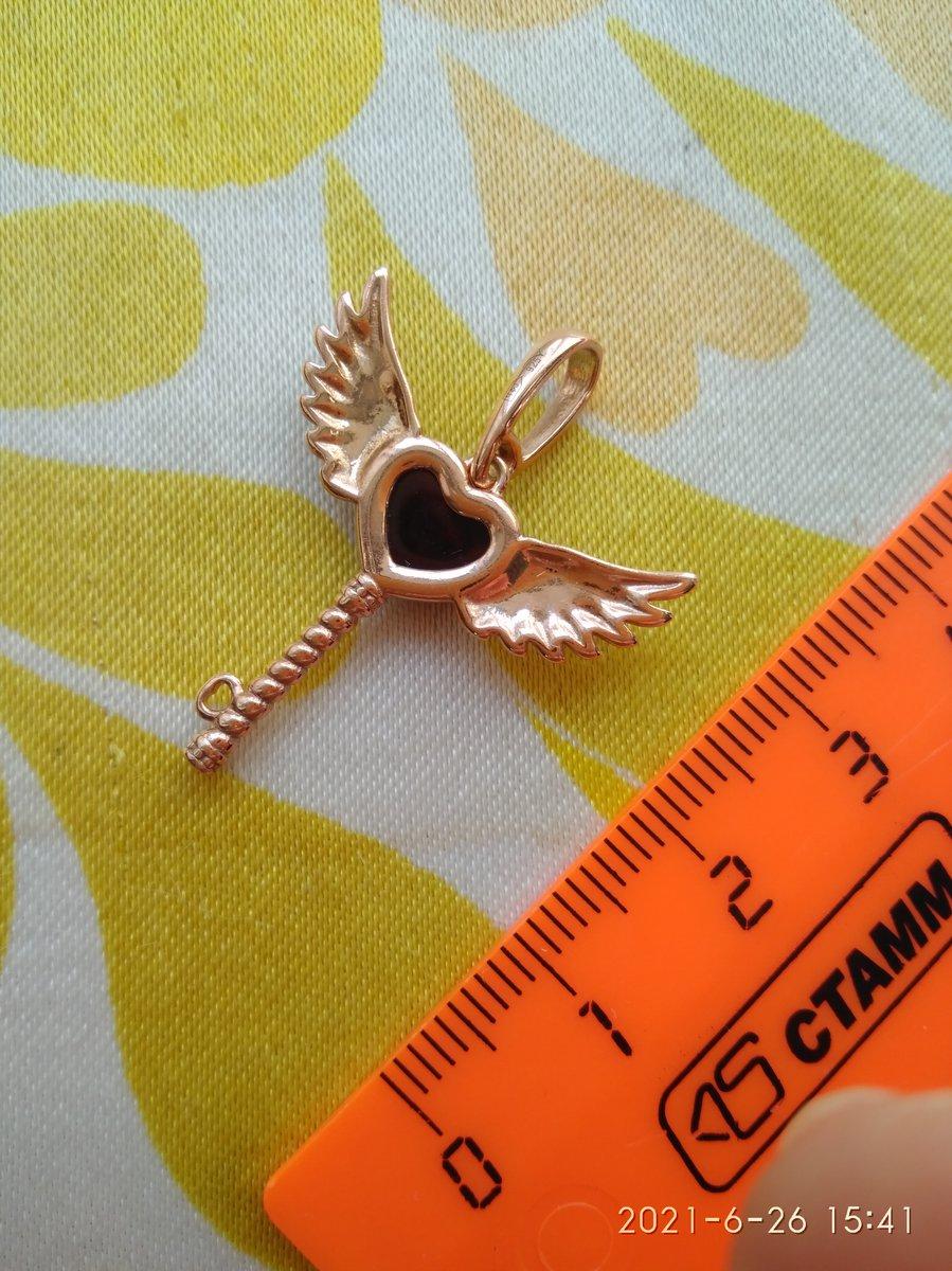 Серебряный ключик в позолоте с янтарем и крыльями.