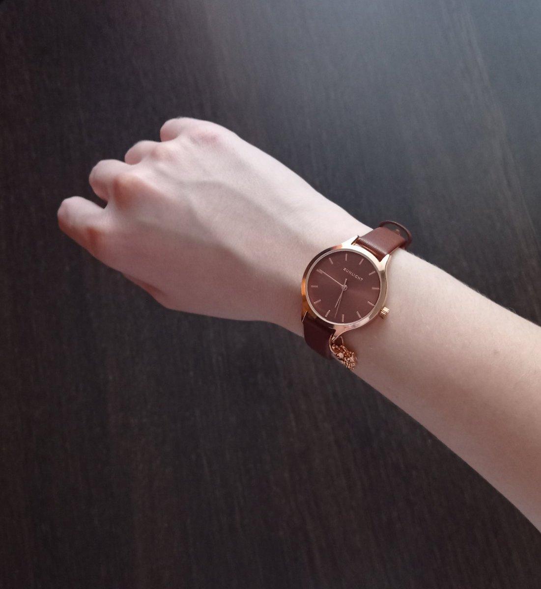Часы купила дочери, ей 19 лет, очень понравились, не снимает)