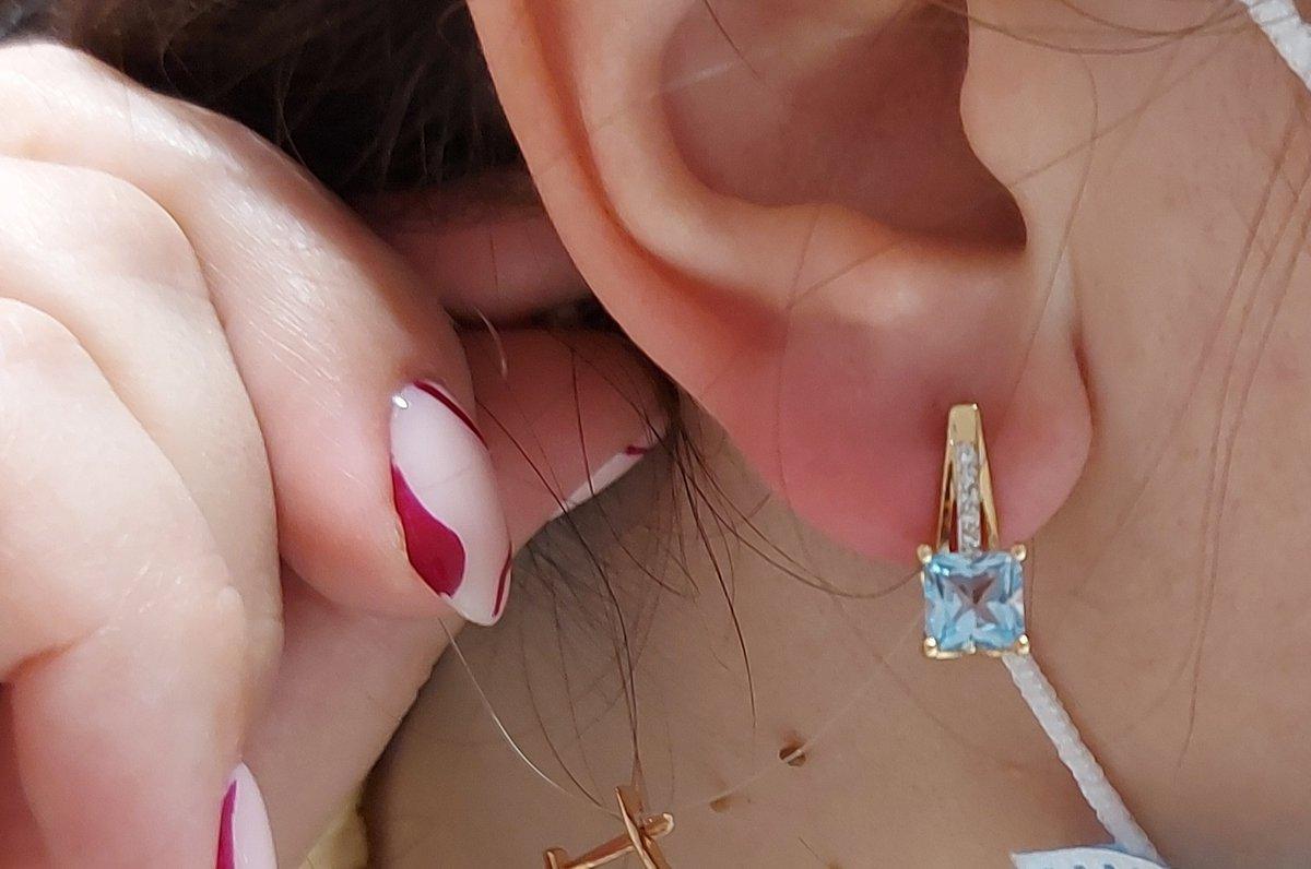 Серьги золотые с топазами и бриллиантами.