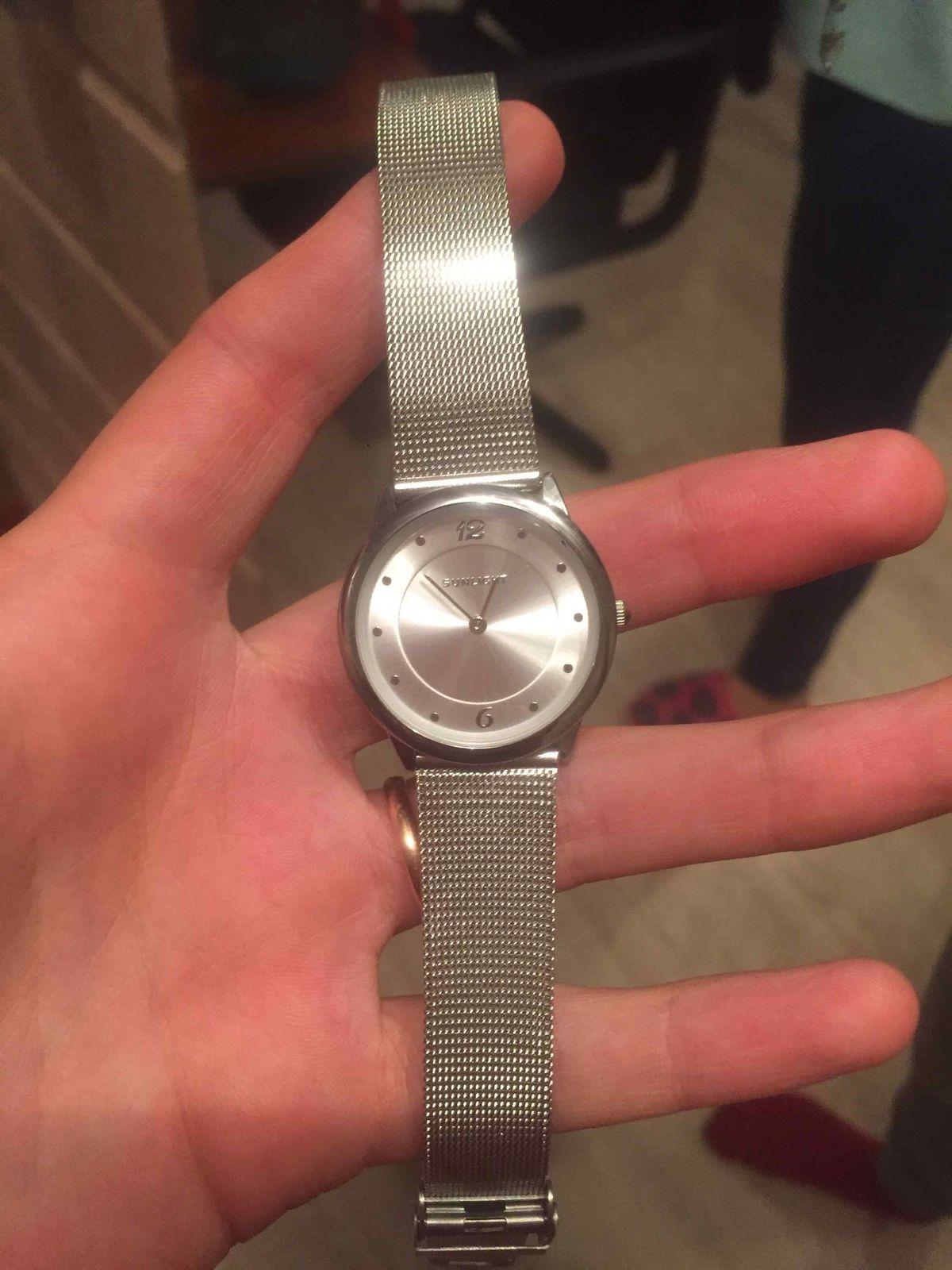 Классные часы, скромные, красивые,аккуратненькие и под все подойдут🖤 крутые