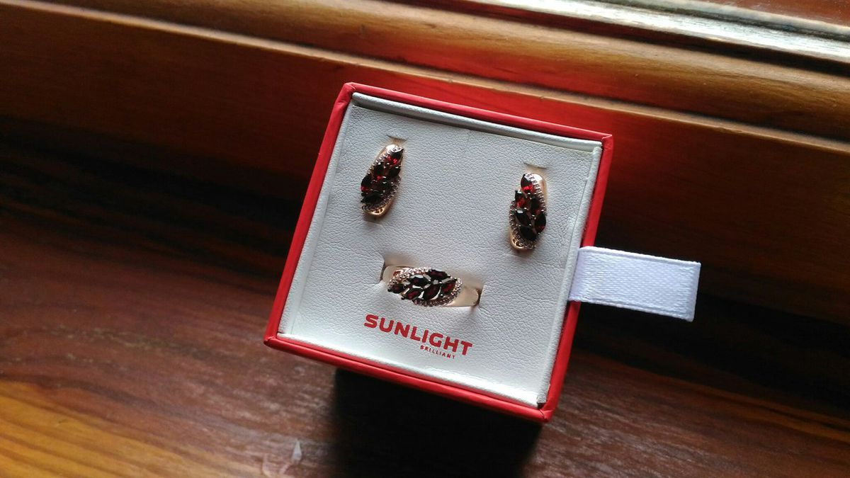 Золотое кольцо с гранатом и фианитами (43322)