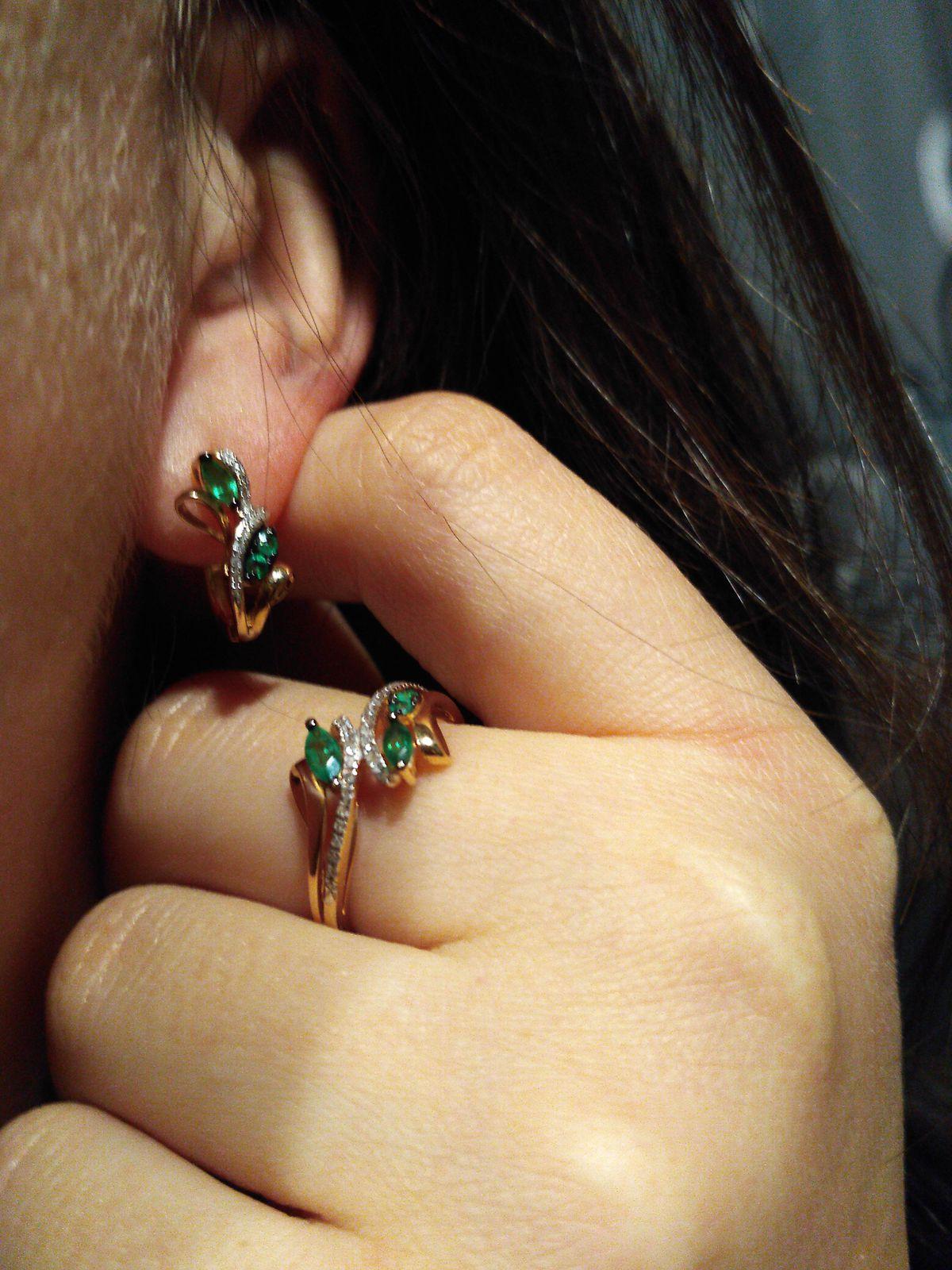 Очень красивое кольцо с натуральным изумрудом