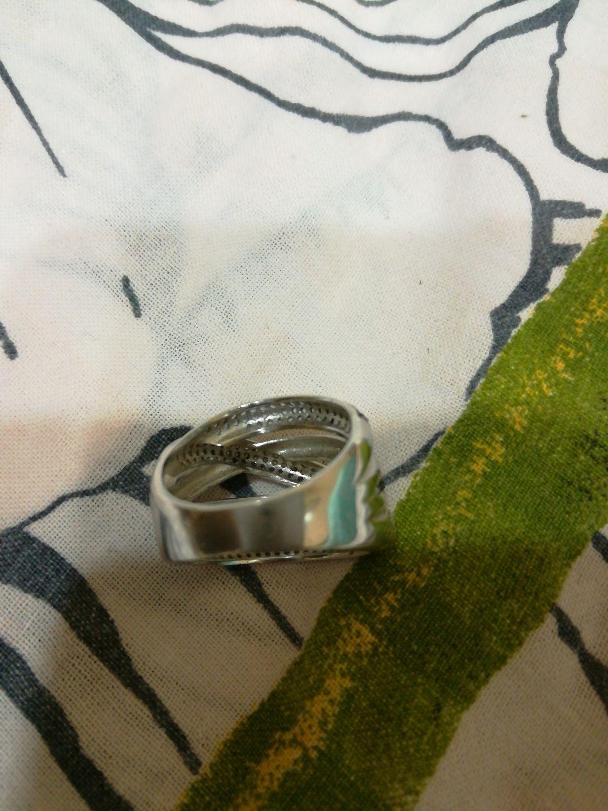 Красивое массивное кольцо.Единственный недостаток ставит затяжки на одежде.