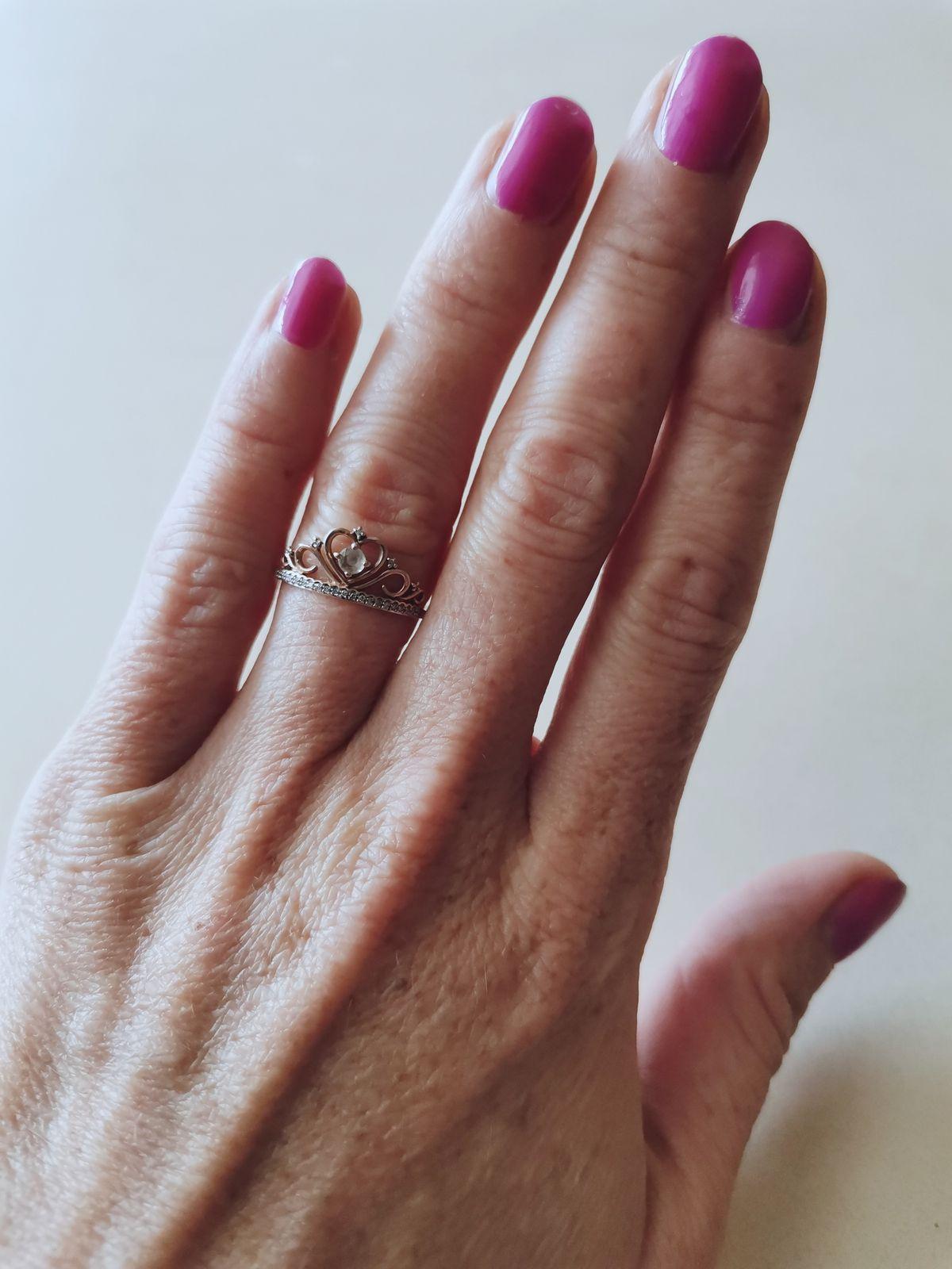 Золотая корона с драгоценными камнями