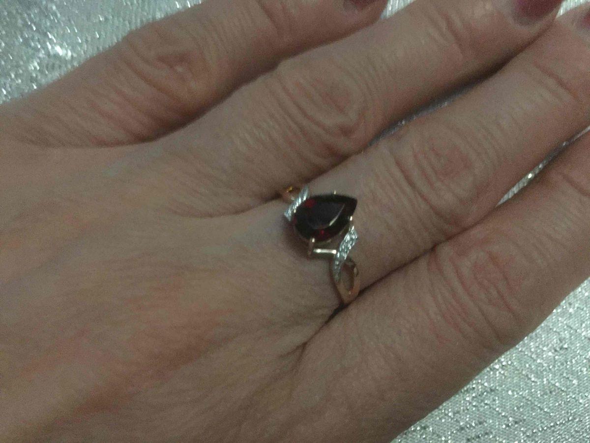 Оригенальное кольцо с гранатом и фианитами.
