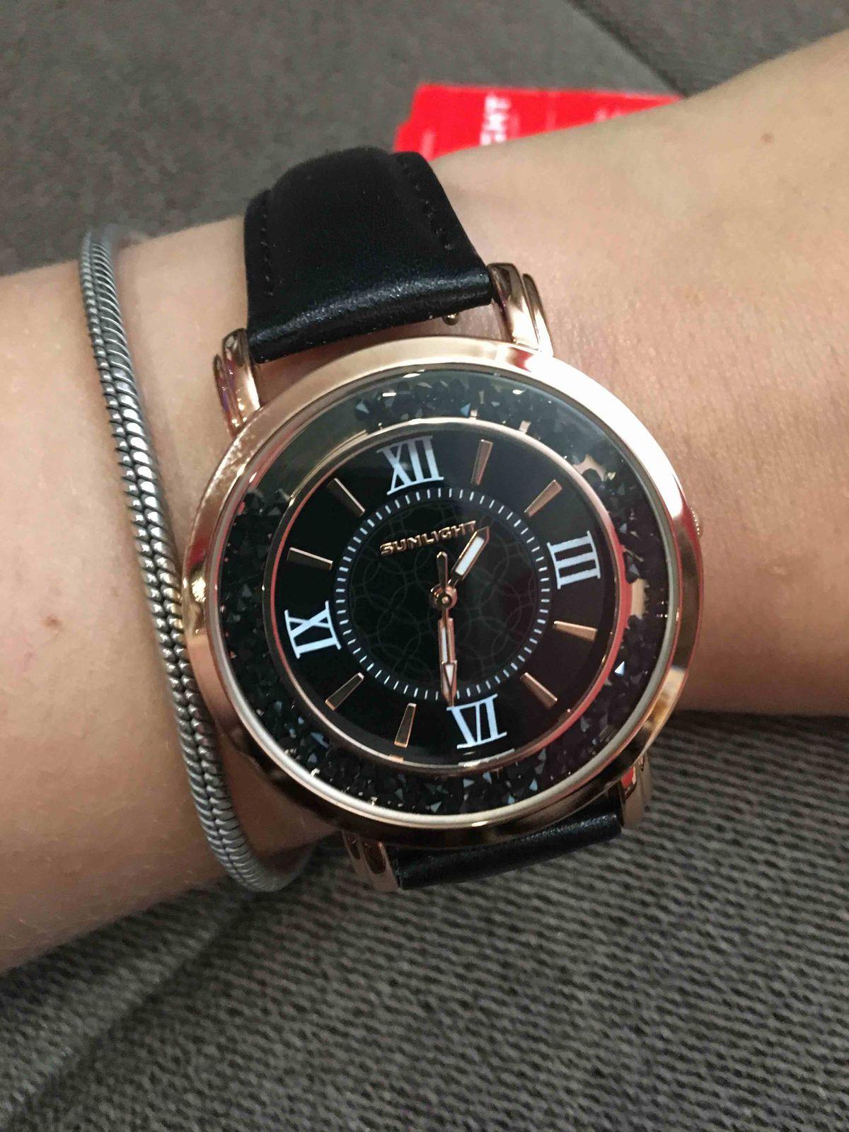 Часы очень стильные,черный циферблат и кристаллы очень необычно смотрятся!