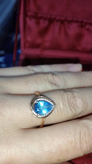 Золотое кольцо с топазом и фианитами.