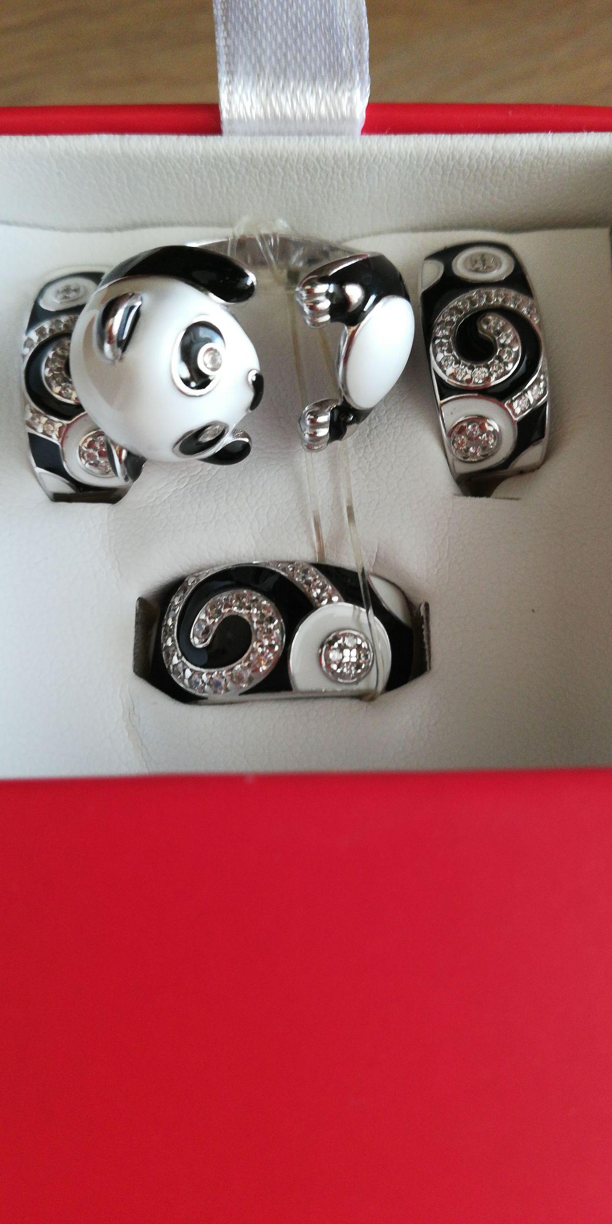 Купила в подарок комплект серьги и кольцо, серебро с эмалью в ТЦ Версаль.