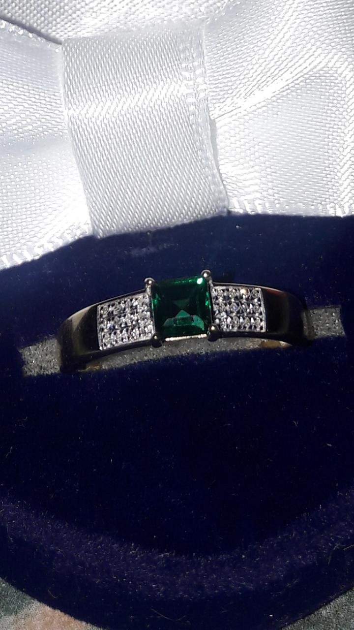 Кольцо из желтого золота с бриллиантами и изумрудом!