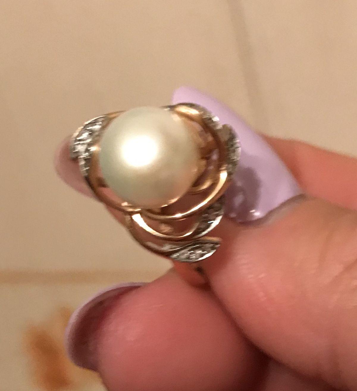 Золотое кольцо с крупным  белым жемчугом, обрамленным фианитам