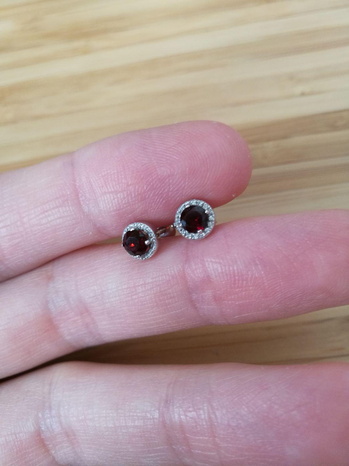 Утонченные серебряные гвоздики с рубином