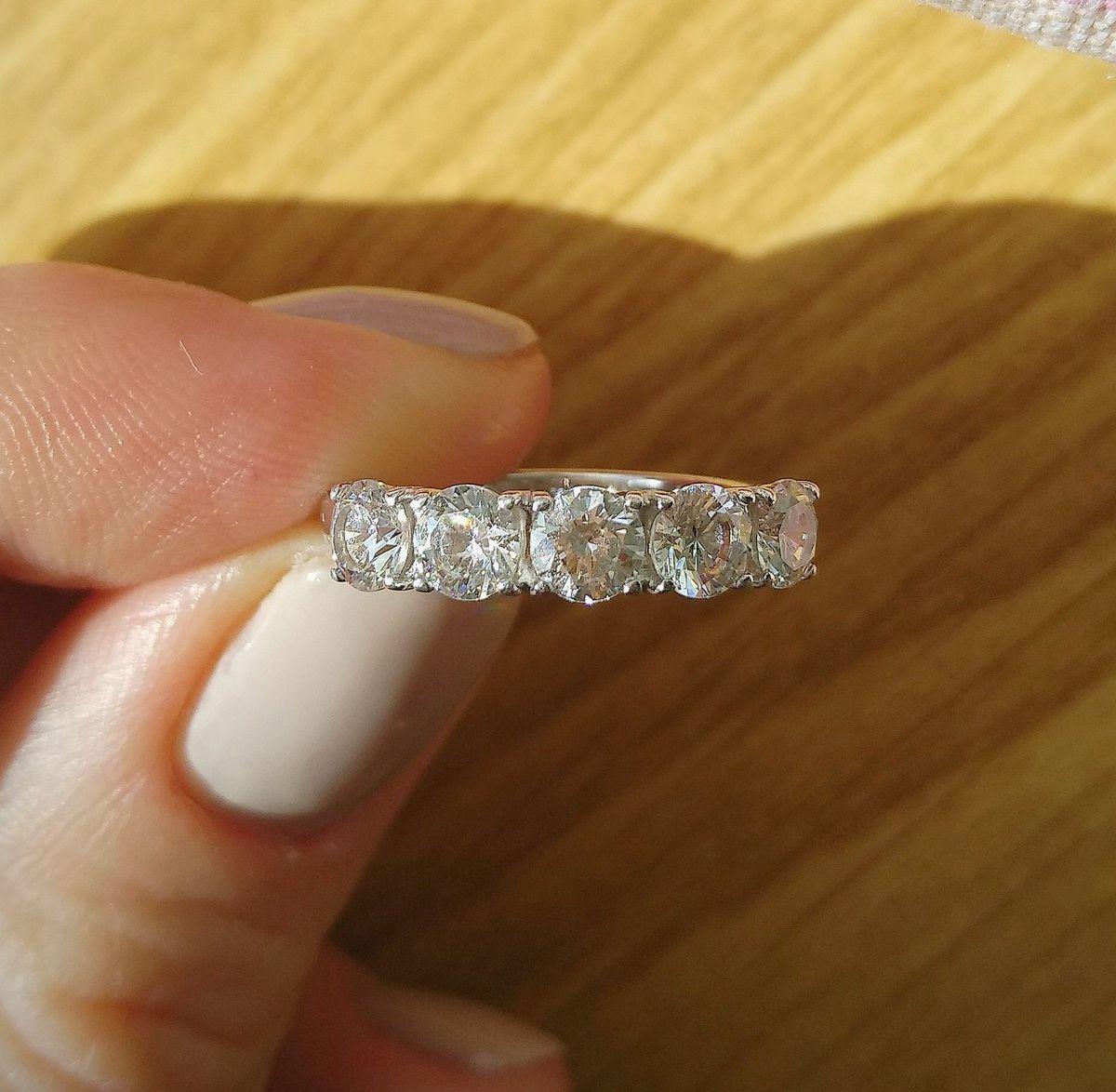 Качественное недорогое кольцо. Ношу уже год.