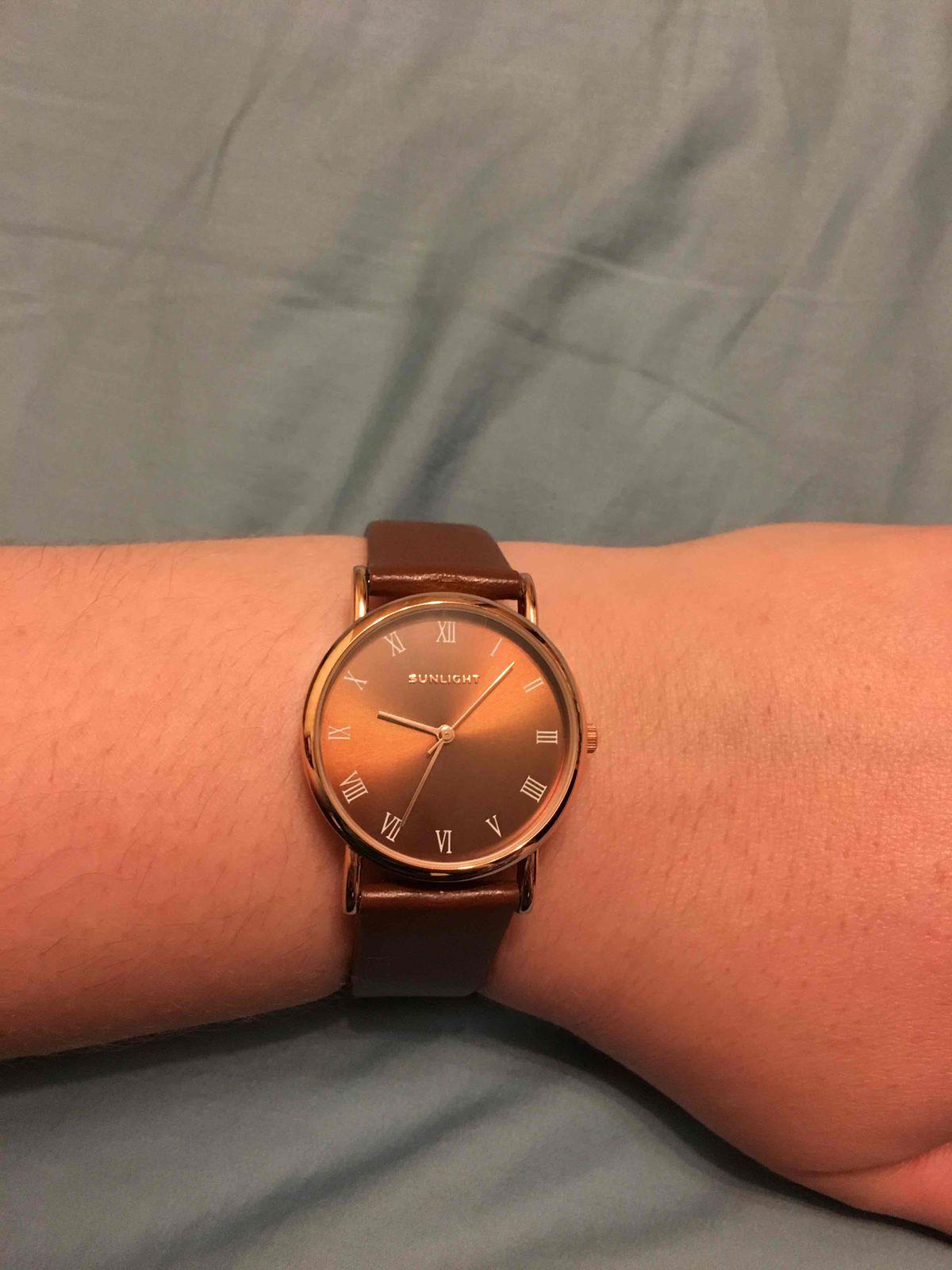Симпатичные, коричневые часы