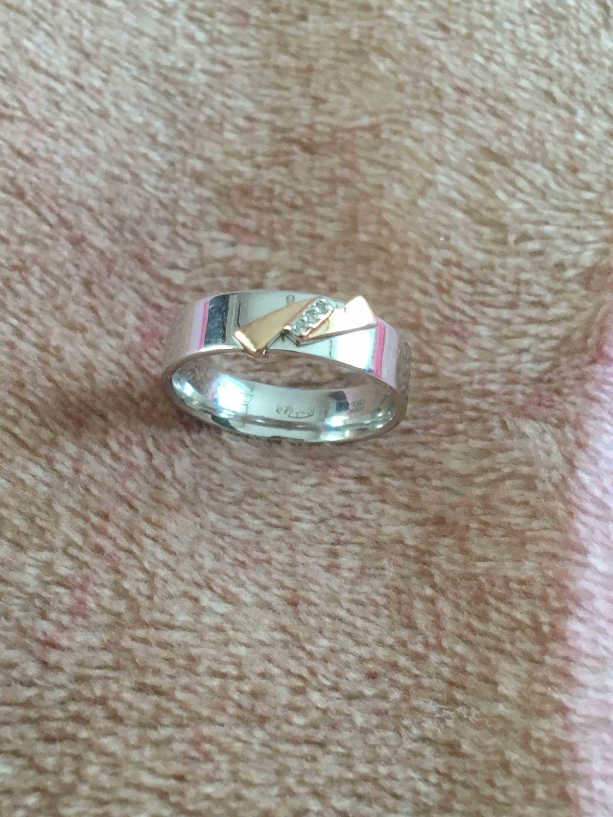 Серебряное кольцо с золотой вставкой и 3 бриллиантами.