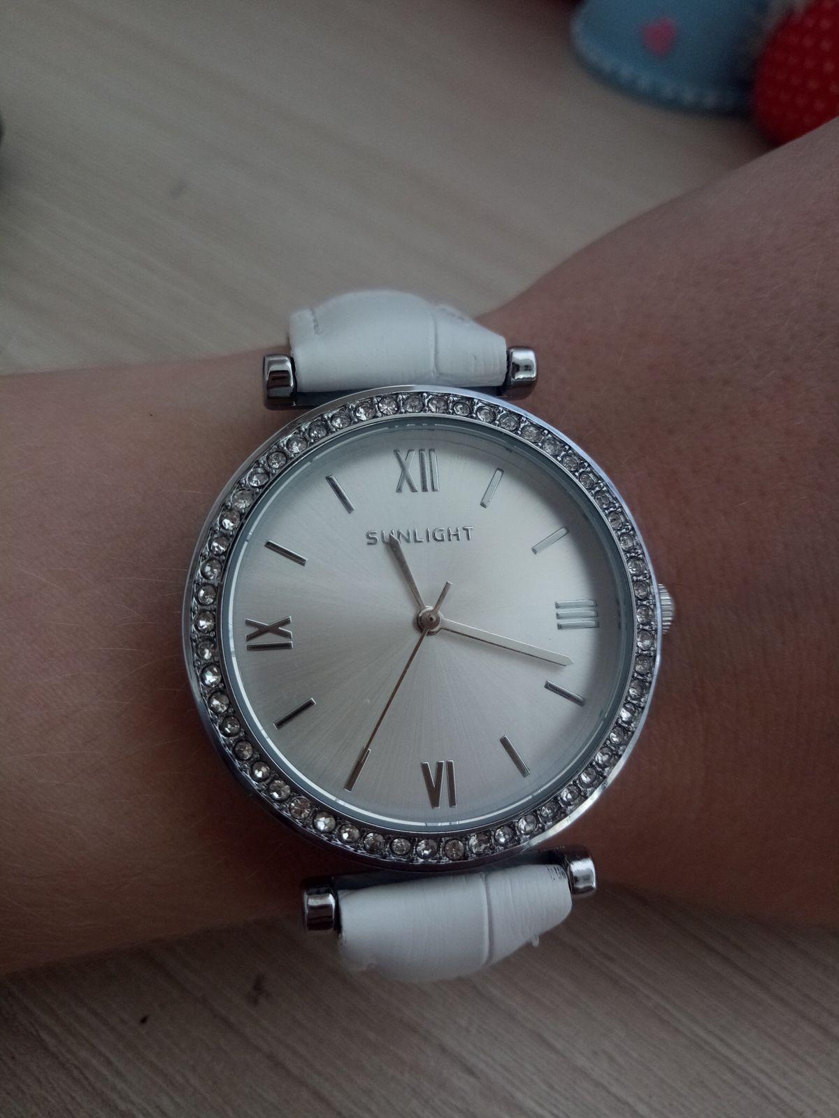 Часы белые, механизм.