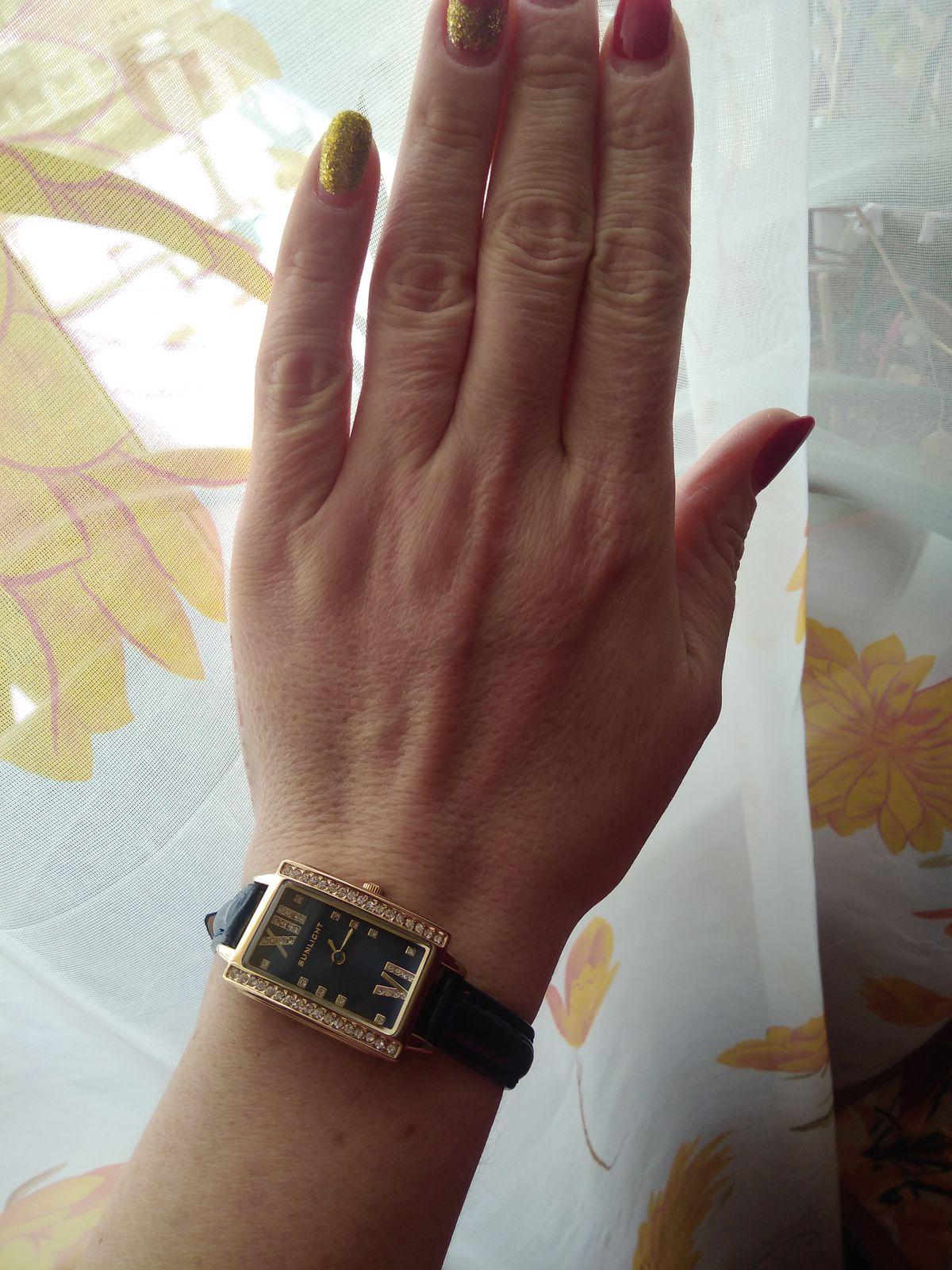 Часы на синем ремешке с золотистым корпусом