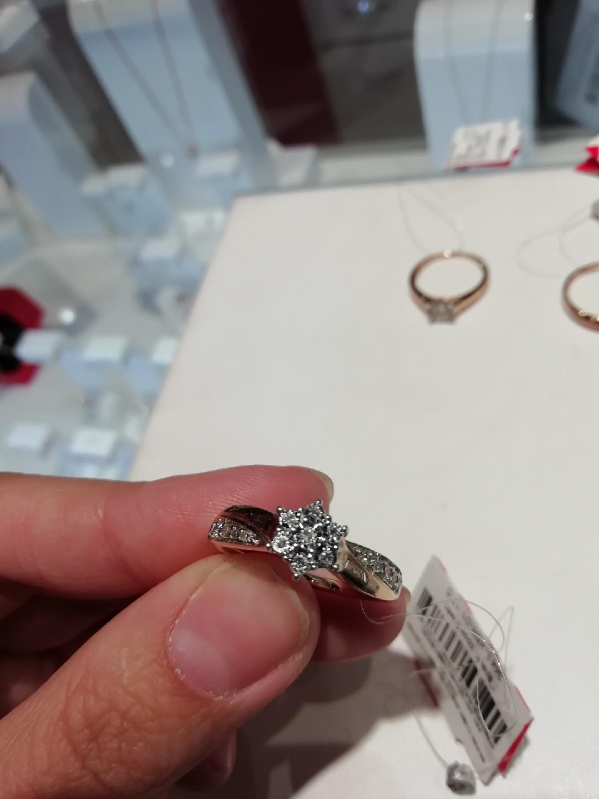 Помолвочное золотое колечко с бриллиантами. Очень красивое и изящное