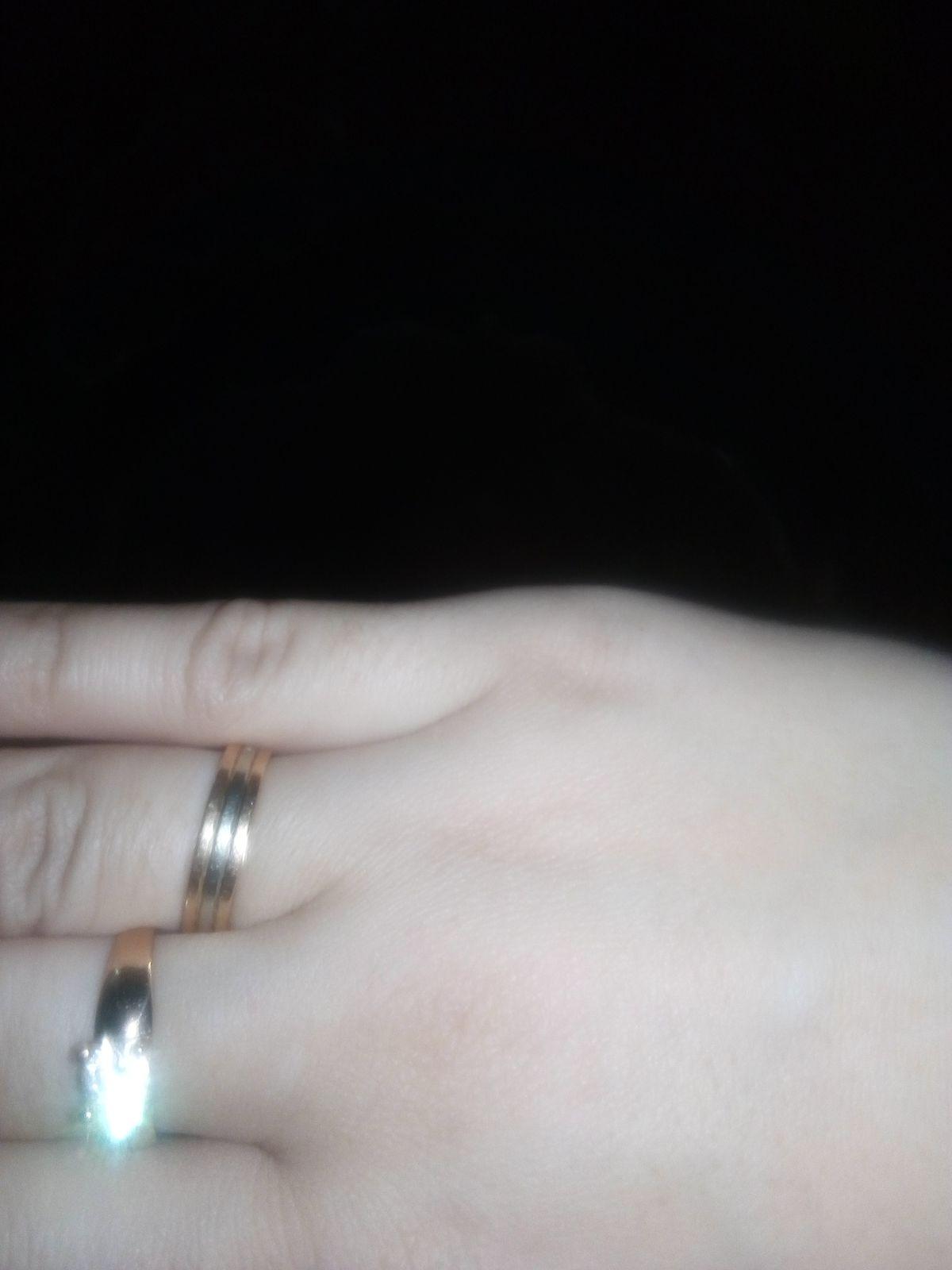 Кольцо с фианитом, на взгляд выглядит очень стильно