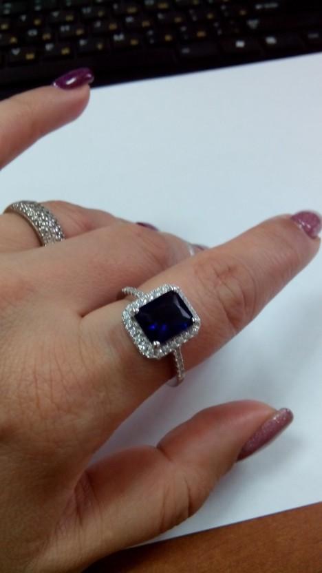 Серебряное кольцо с крупным синим и маленькими прозрачными фианитами.