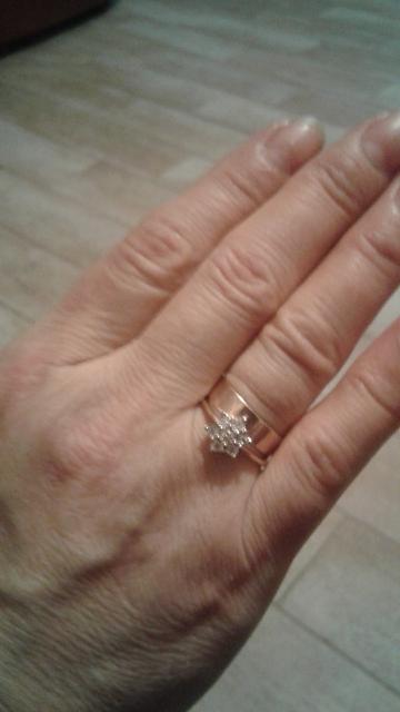 Кольцо с бриллиантами 1 камень в центре, и 6 вокруг