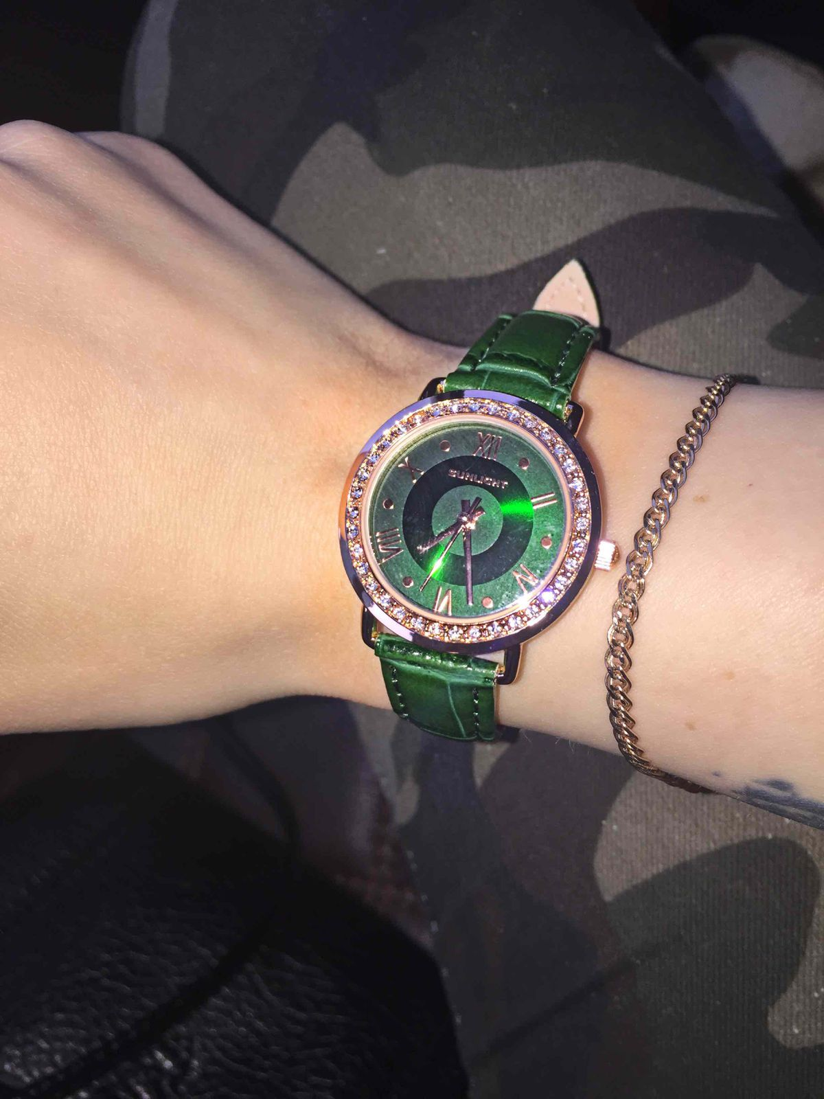 Женские часы с кристаллами на кожанном ремешке.