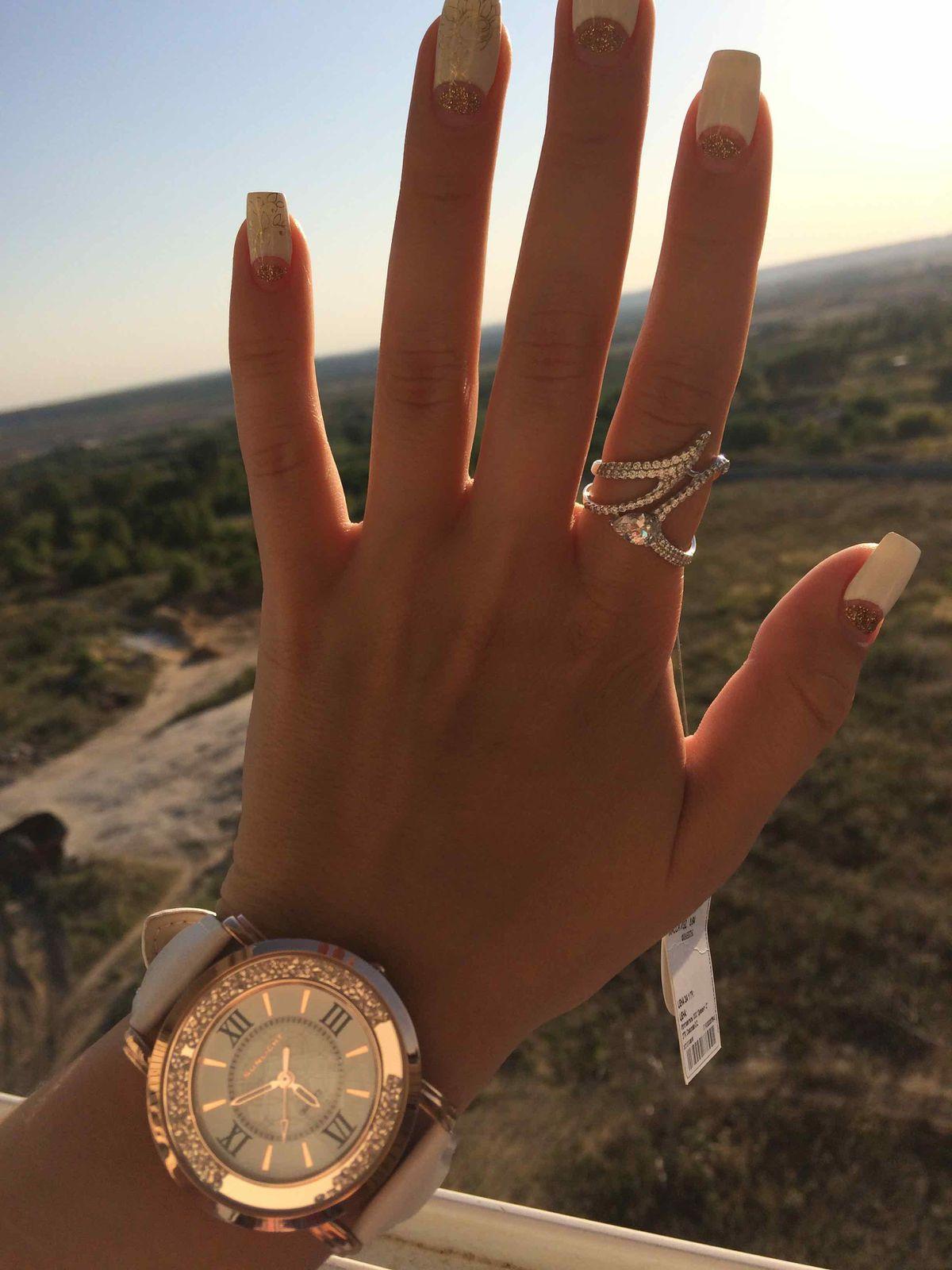 Часы очень классные,  ничего лишнего, на руке смотрятся изящно)))