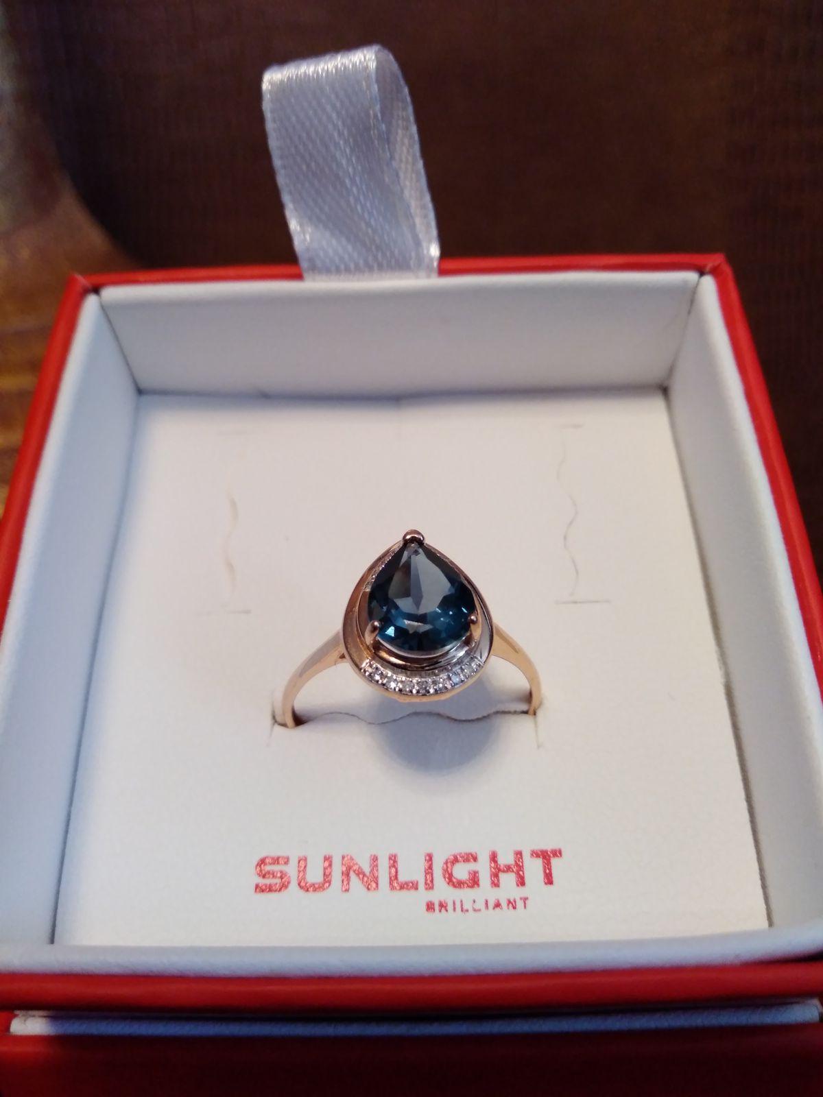 Золотое кольцо с синим топазом и бриллиантами
