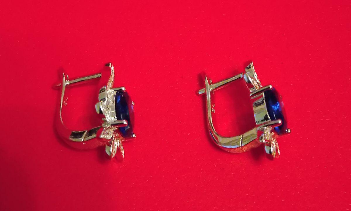 Лаконичные серьги из серебра с фианитами отличного качества