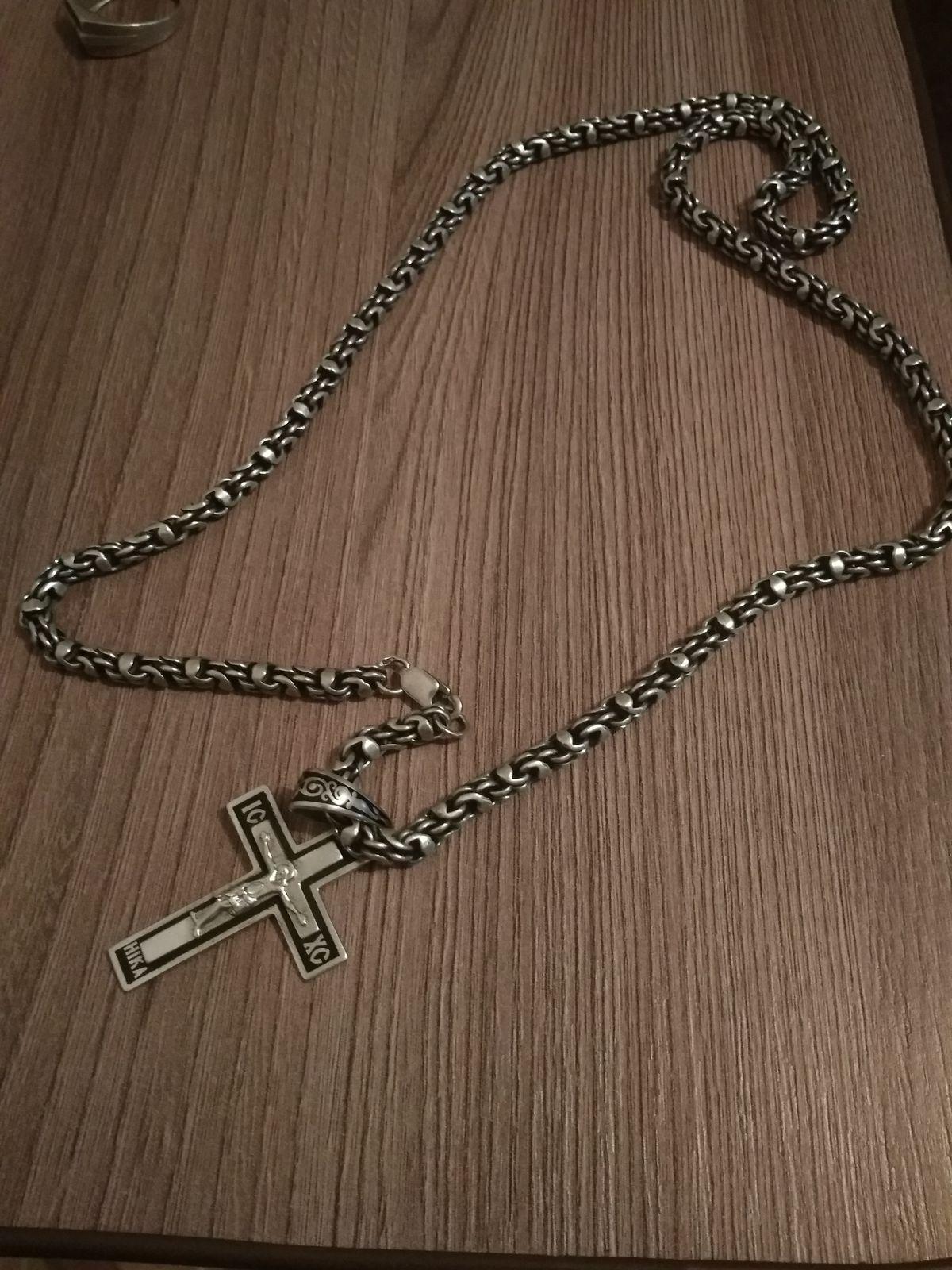Цепь с крестом смотрится великолепно