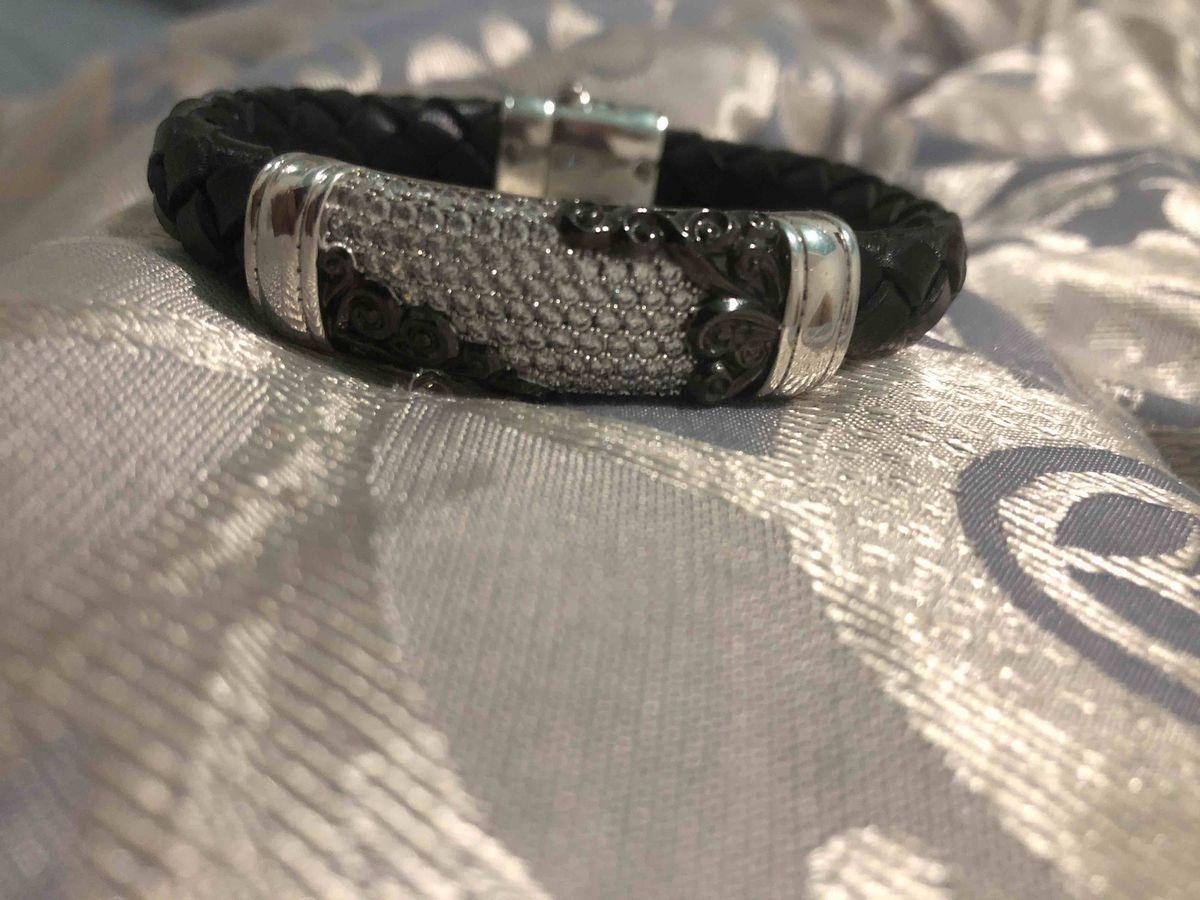 Этот браслет я покупала на подарок мужу, остался очень доволен. рекомендую.
