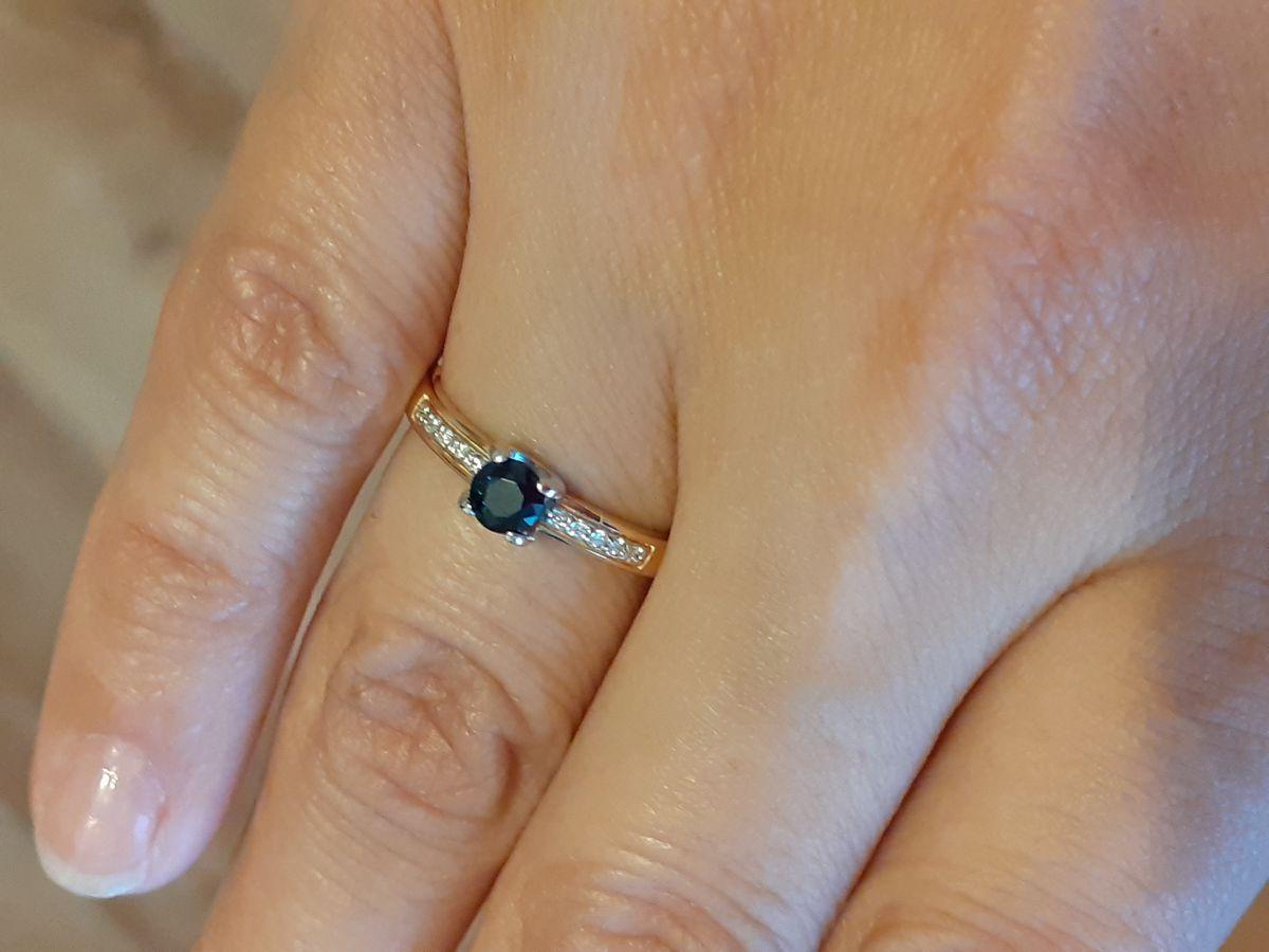 Золотое кольцо с сапфиром и бриллиантами.