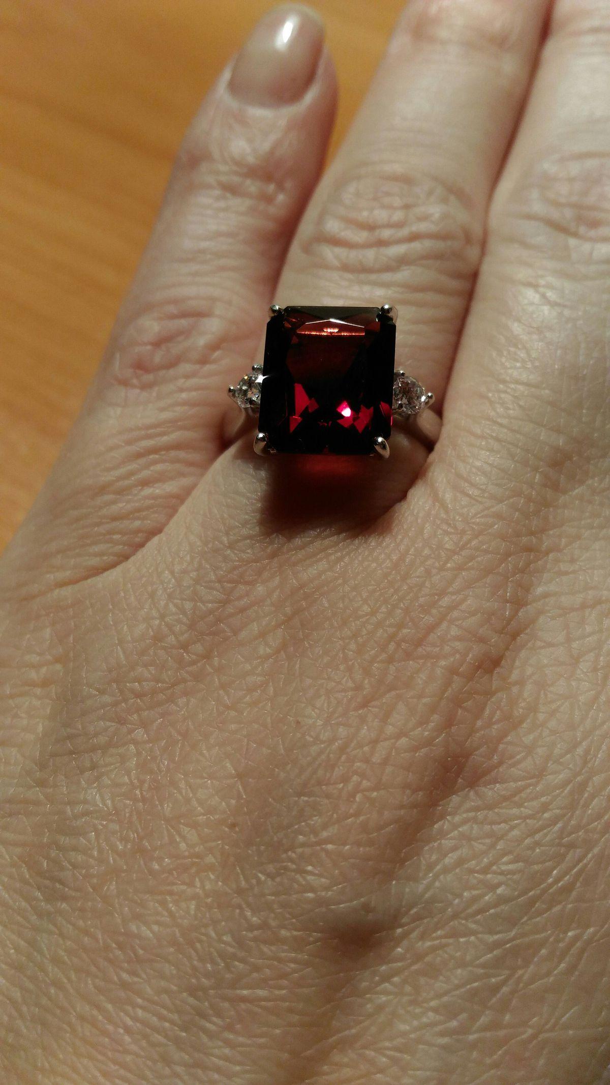 Кольцо серебряное с фианитоми и наноситалом ( искусственный гранат)
