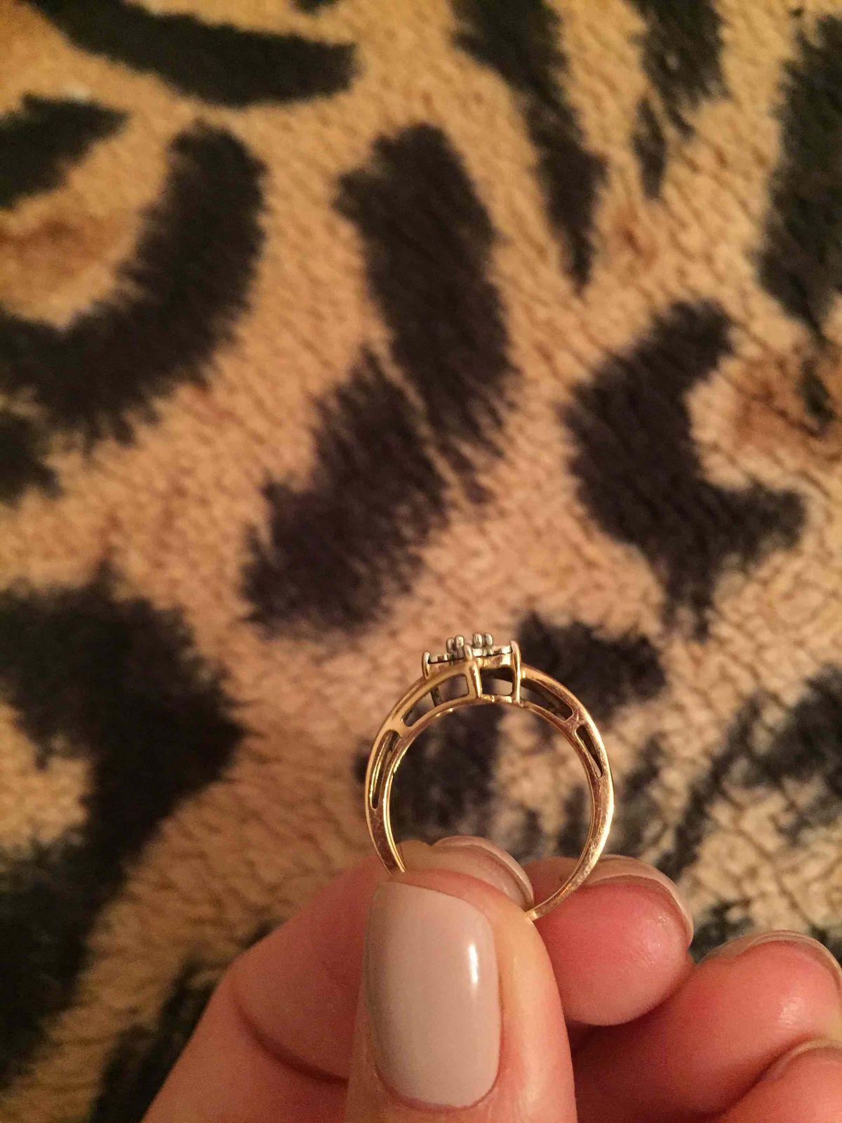 Кольцо с цветочным дизайном и бриллиантами