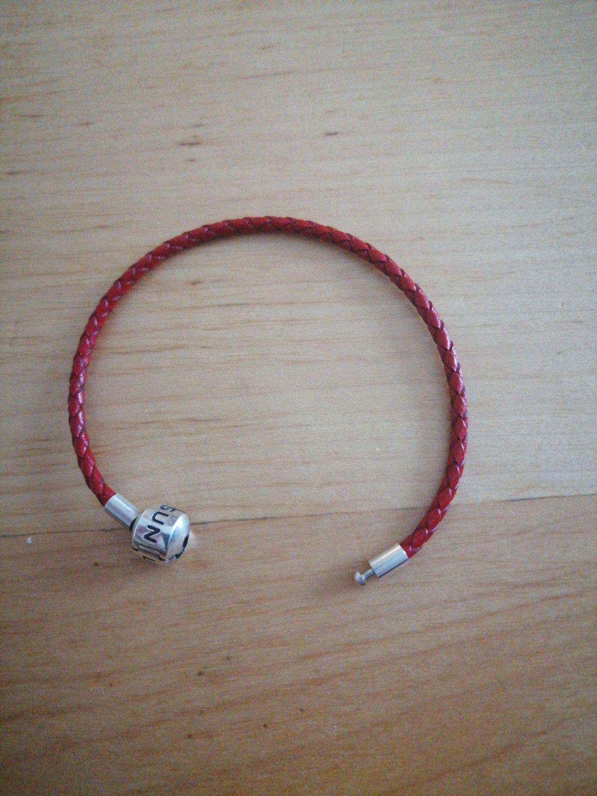 Красный кожаный браслет.